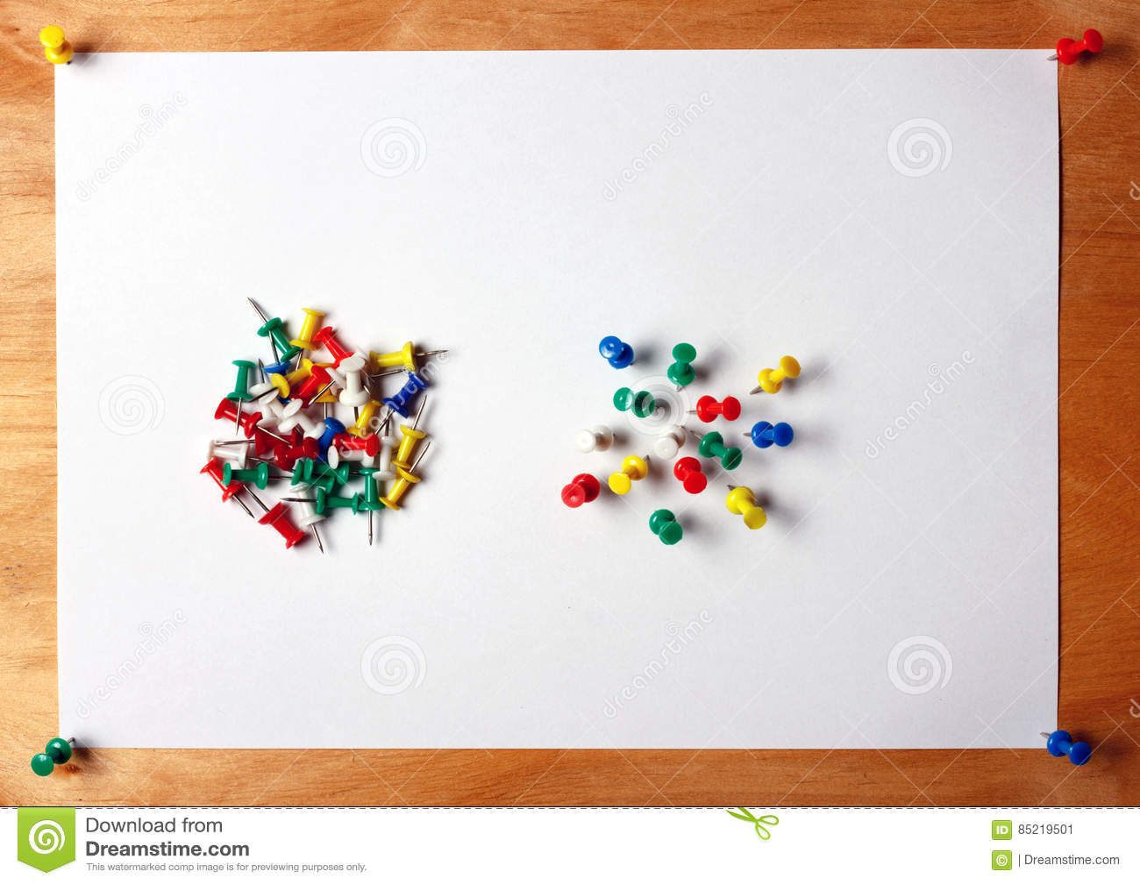 Wiele barwioni thumbtacks wtykali w białego prześcieradło papier dołączający drewniana deska
