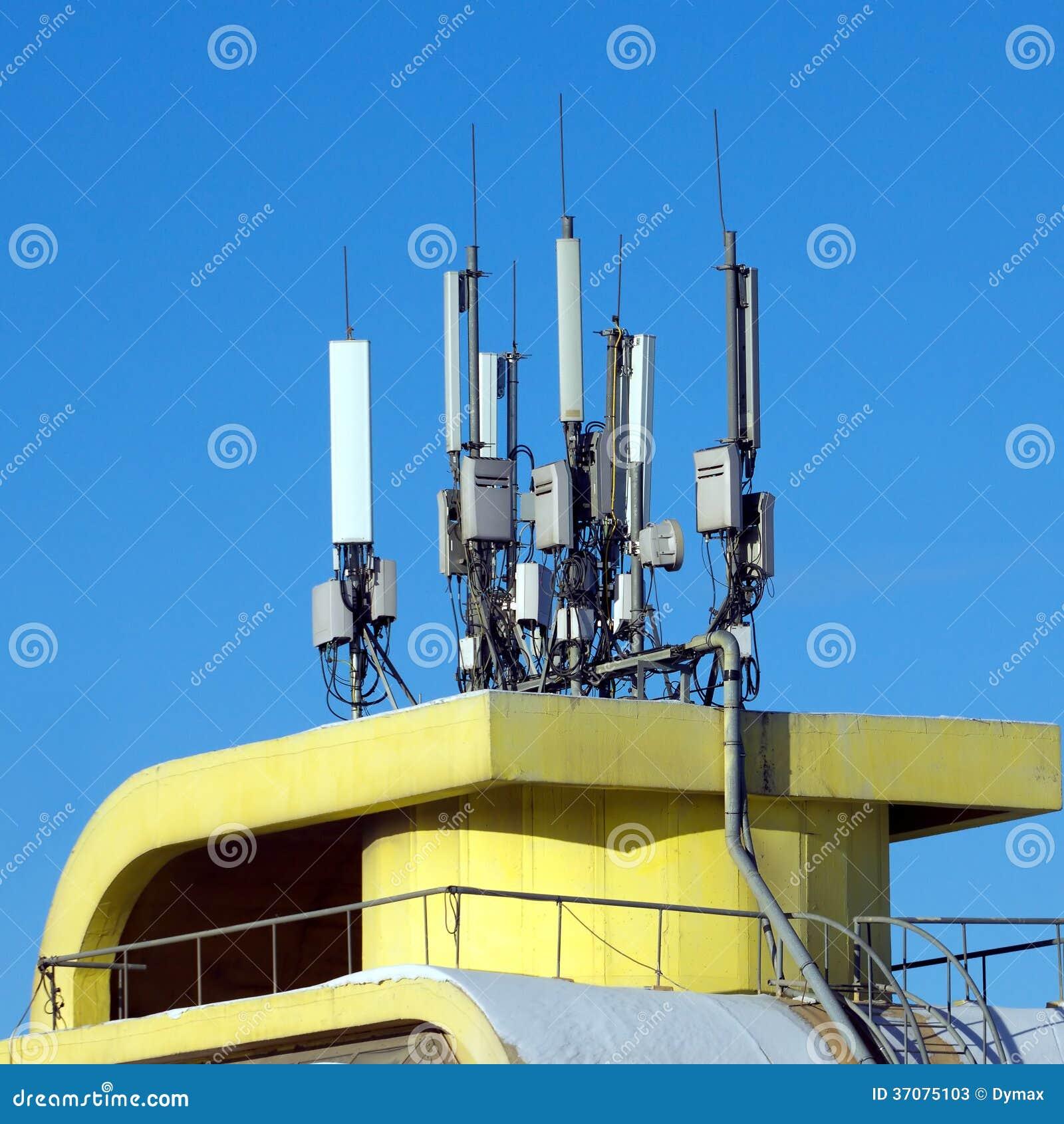 Download Wiele Elektronika Anteny Na żółtym Budynku Wierzchołku Obraz Stock - Obraz złożonej z jasny, anteny: 37075103