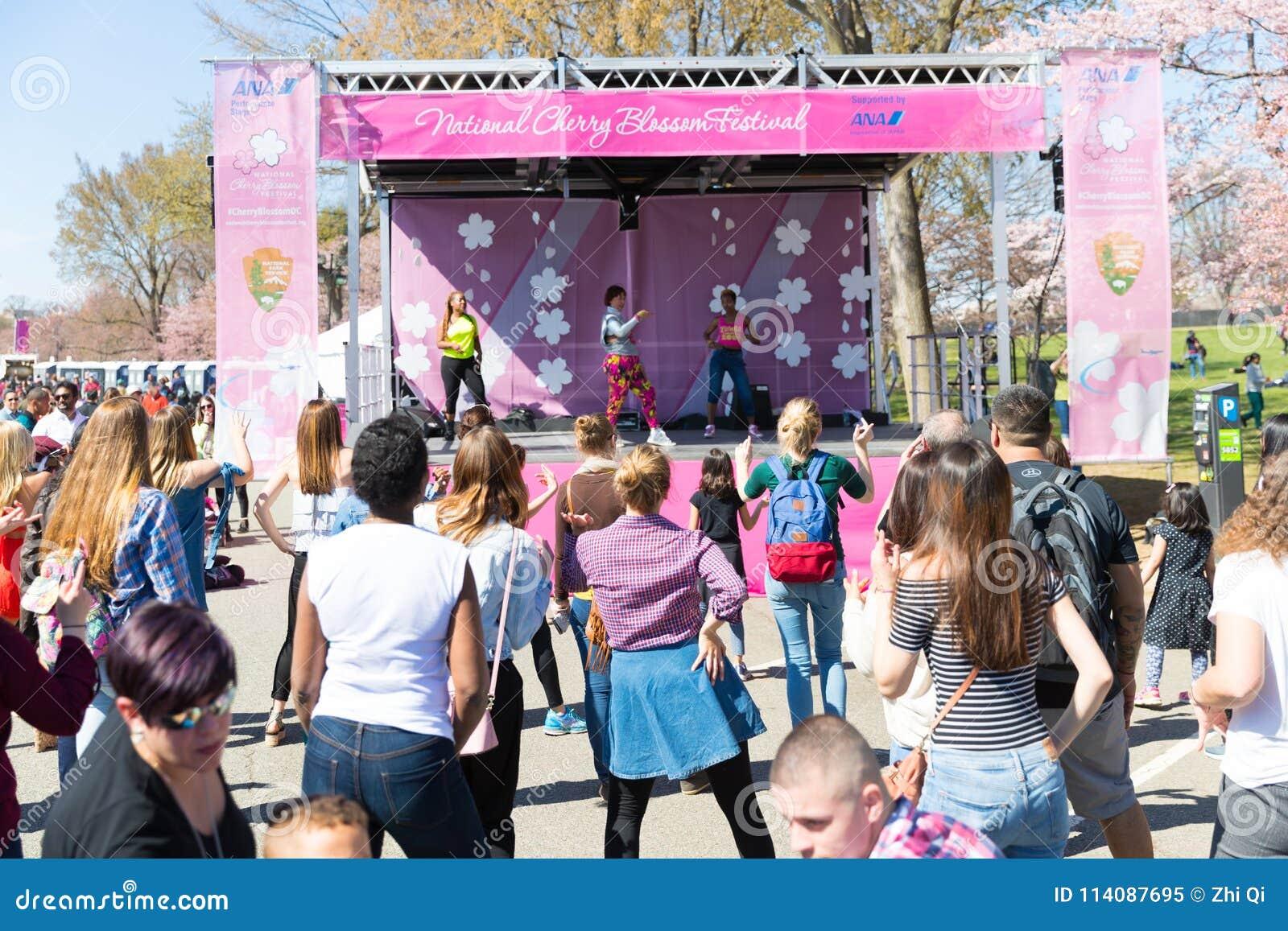 Wiele kobiety tanczą na festiwalach