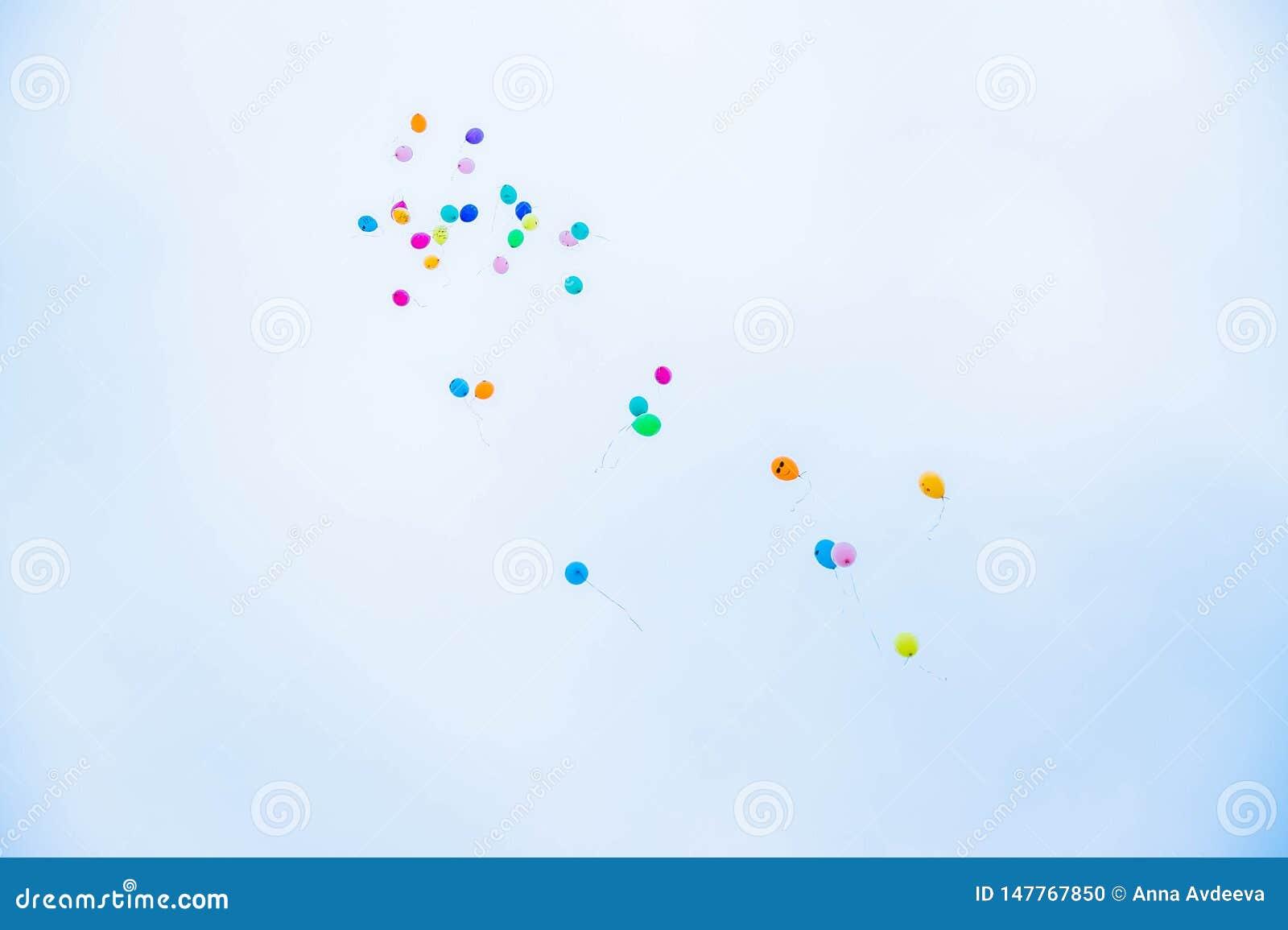 Wiele kolorowi balony lata do nieba