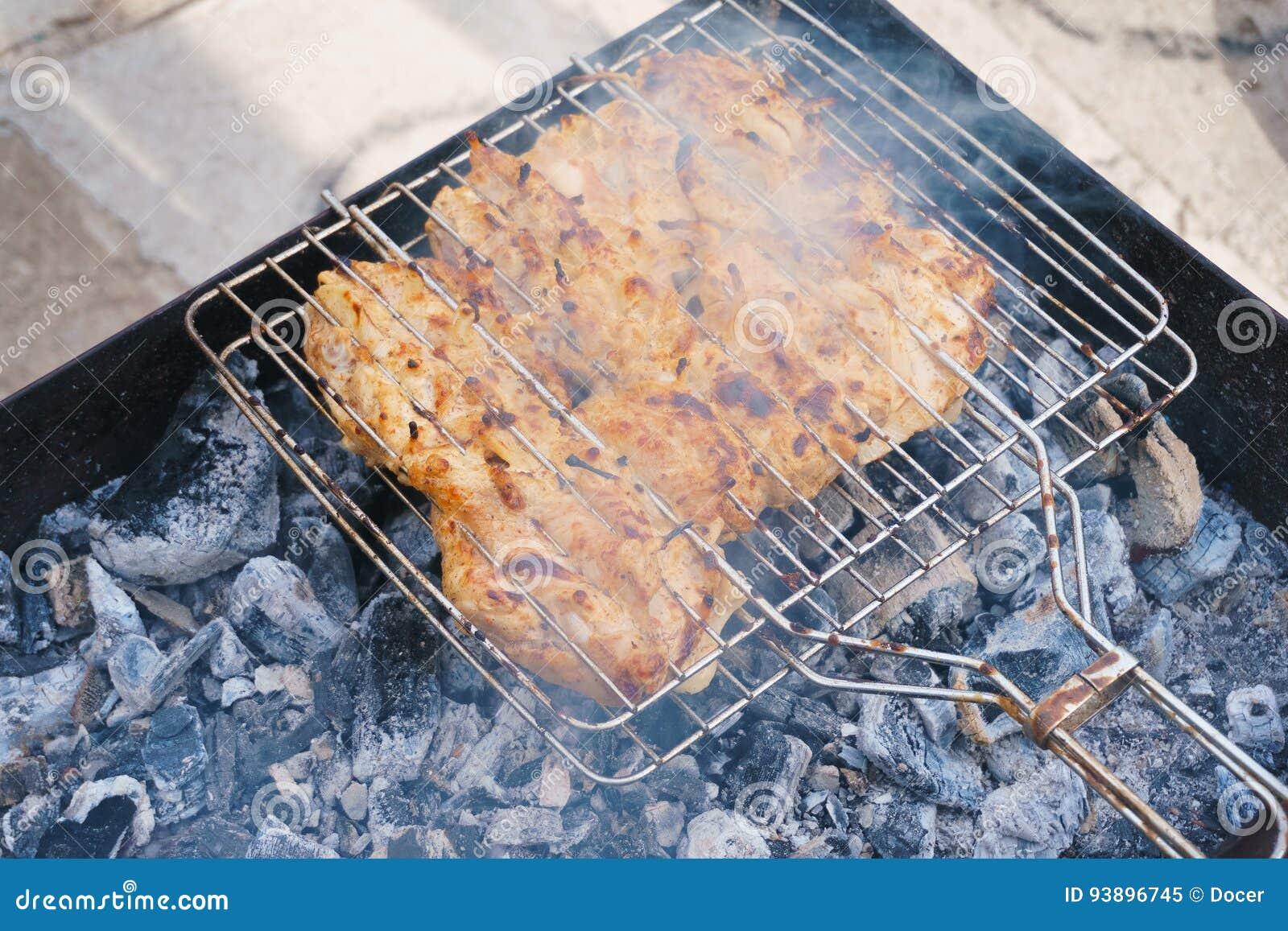 Wiele kurczak pieczeni mięsa kawałki z cebulą na grillu