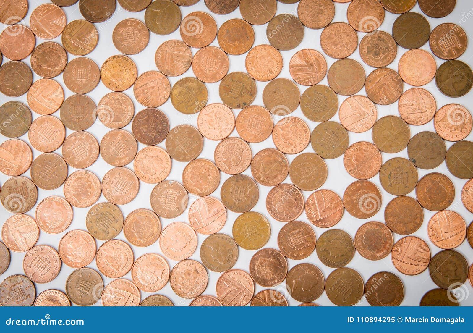 Wiele monety kłama przy białym stołem odizolowywającym
