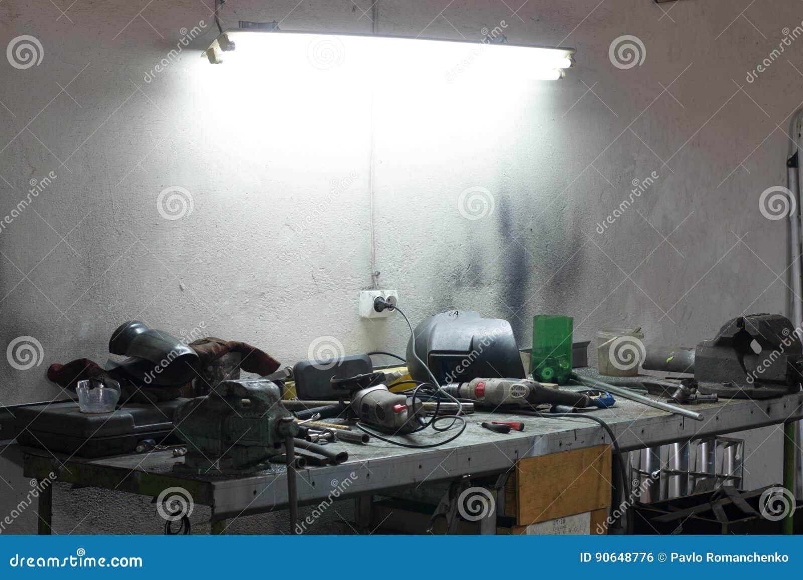 Wiele narzędzia kłama na stole w garażu