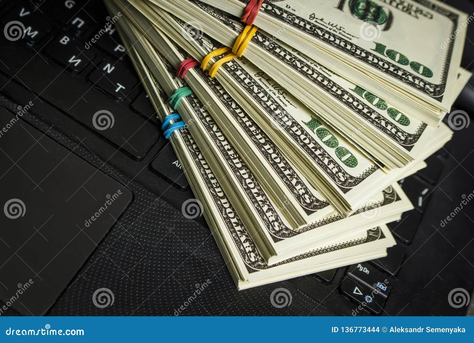 Wiele paczki dolary na laptopie