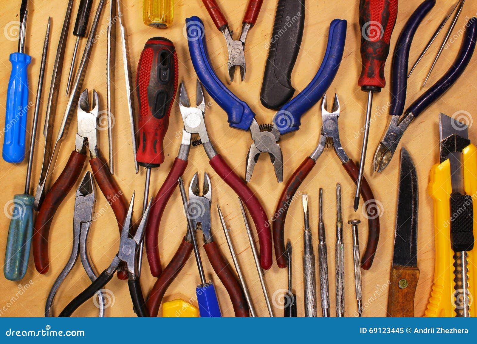 Wiele różnorodni roczników śrubokrętów cążków noże i pincety Ol