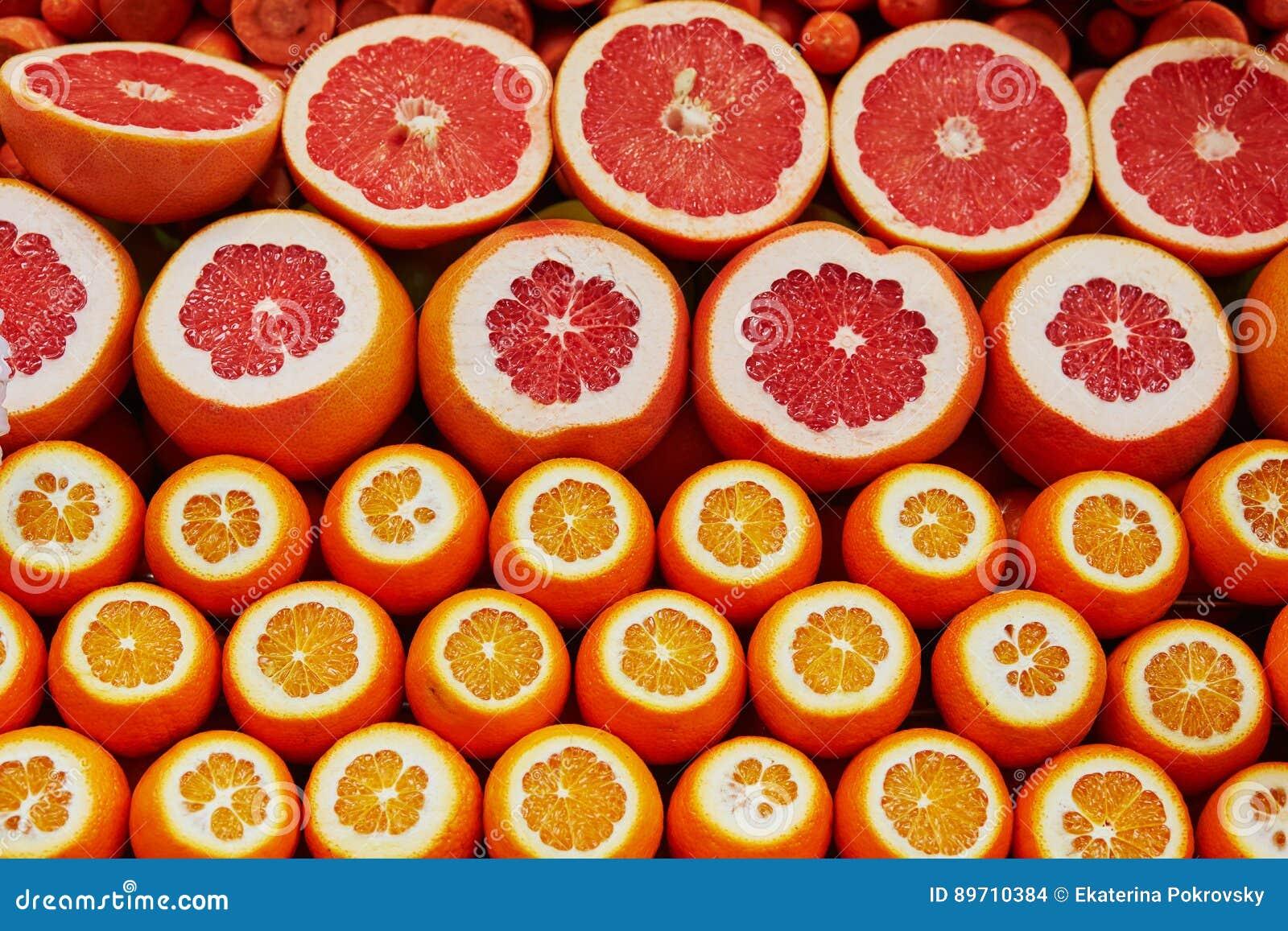 Wiele rżnięci soczyści grapefruits na rynku w Istanbuł i pomarańcze, Turcja