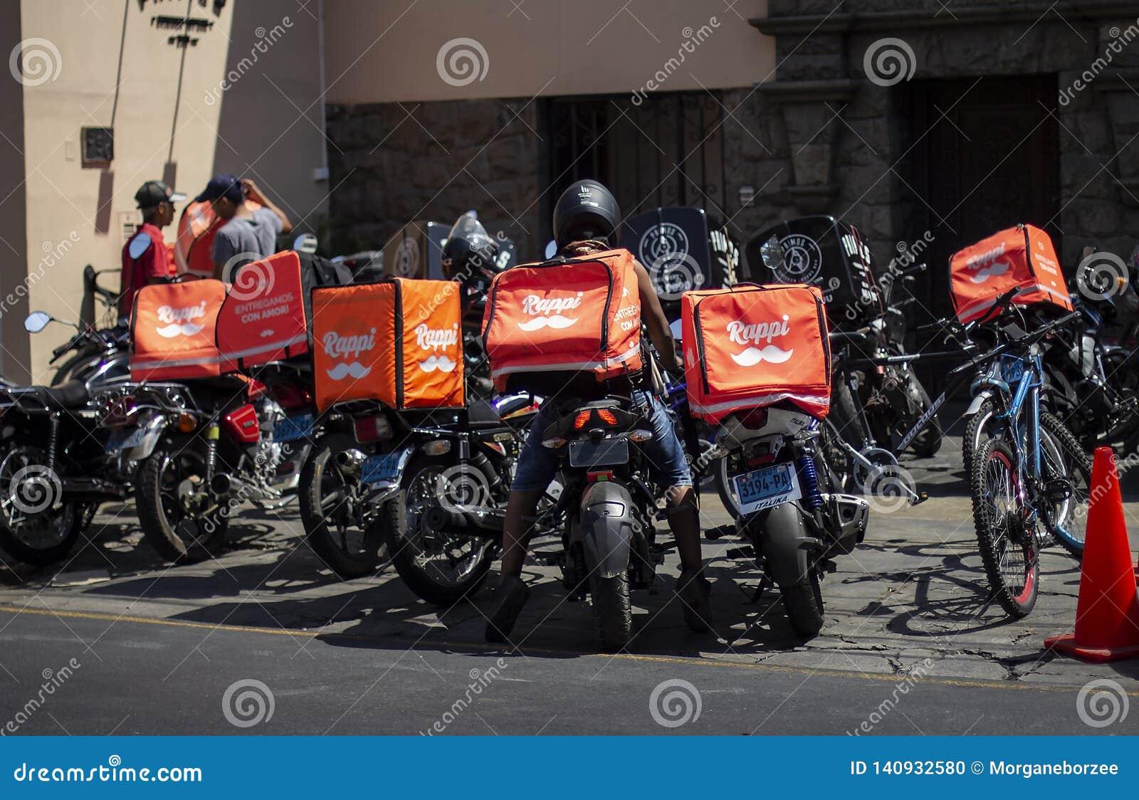 Wiele Rappi motocykle parkowali na zewnątrz restauracji
