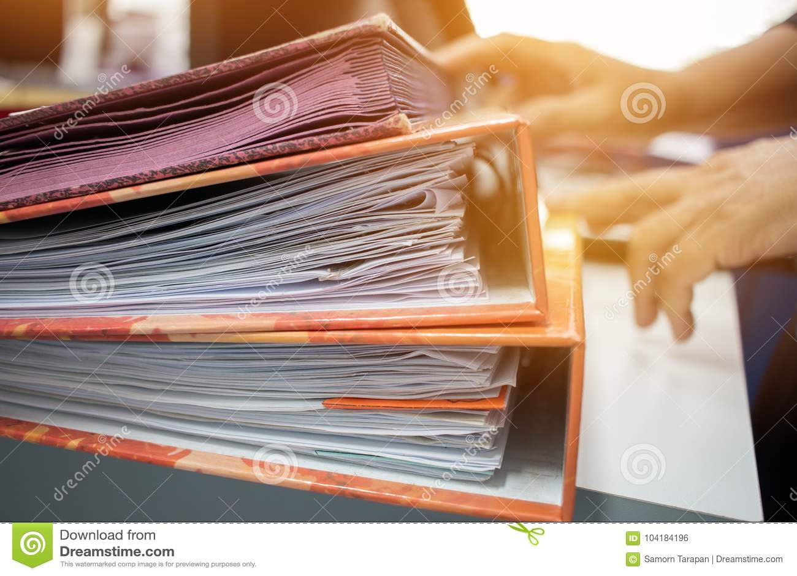 Wiele sterty dokument falcówki w biurze dla sprawozdanie roczne kartoteki