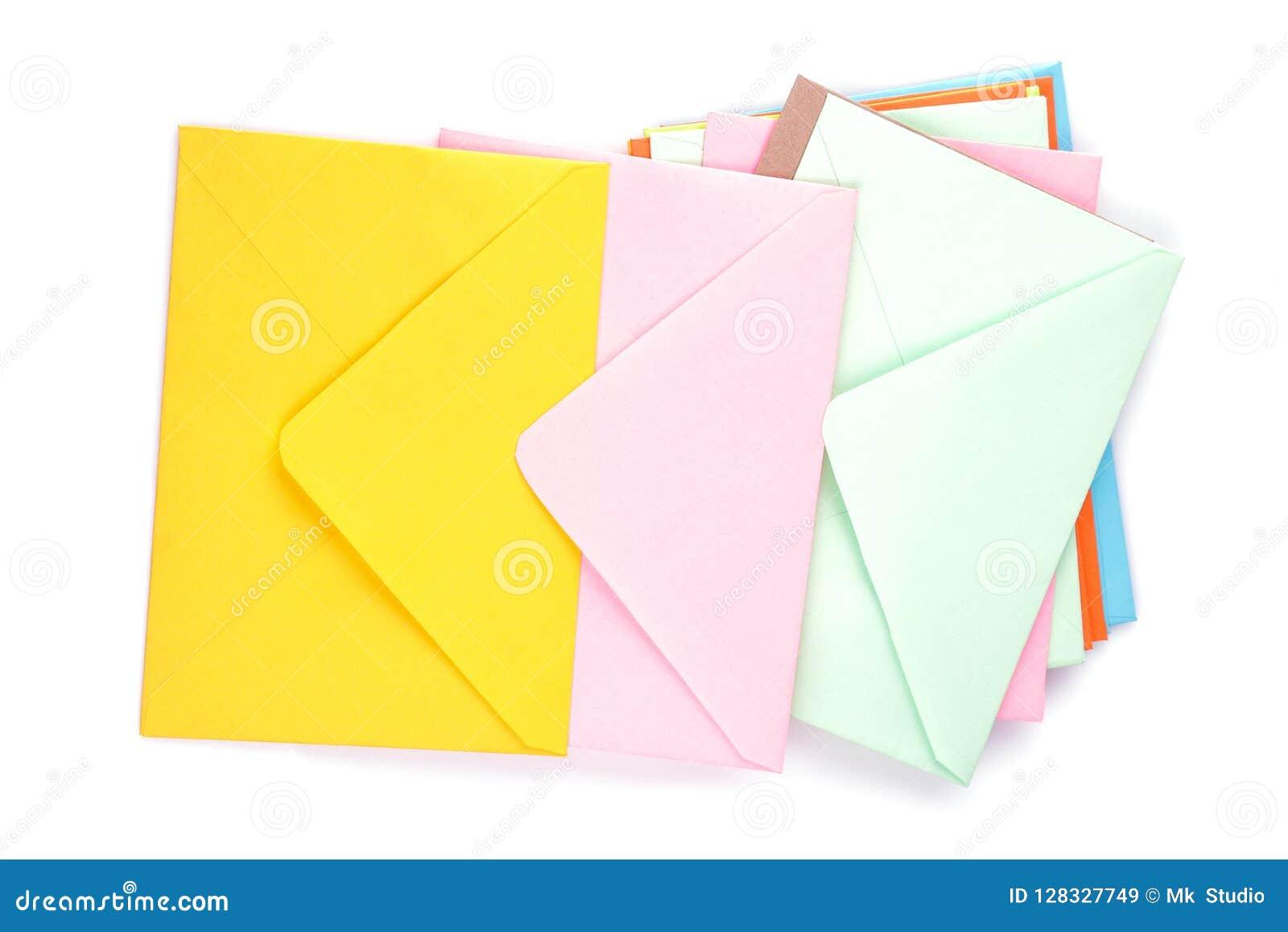Wiele stubarwne pocztowe koperty na białym odosobnionym tle pojęcie listowej poczta znaka