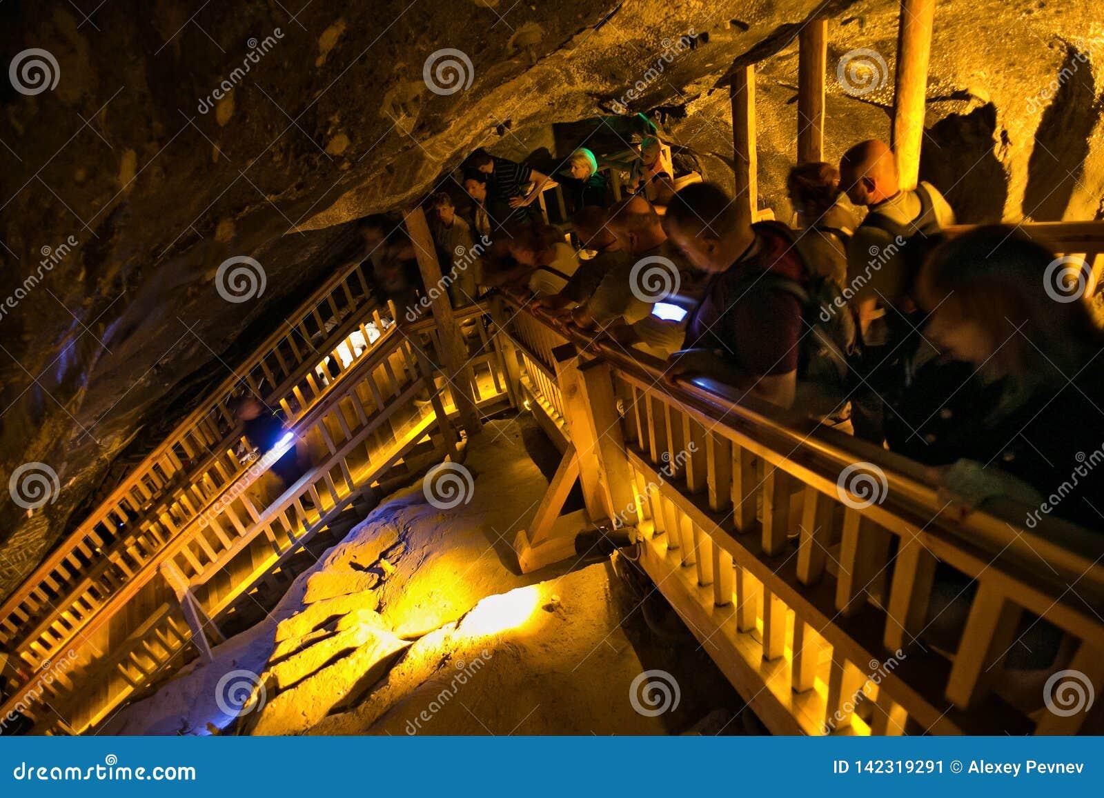 WIELICZKA, ΠΟΛΩΝΙΑ - 28 ΜΑΐΟΥ 2016: Τουρίστες στο αλατισμένο ορυχείο Wieliczka