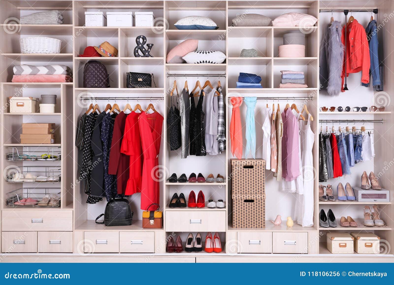 Wielka garderoba z różnymi ubraniami, domu materiałem i butami,