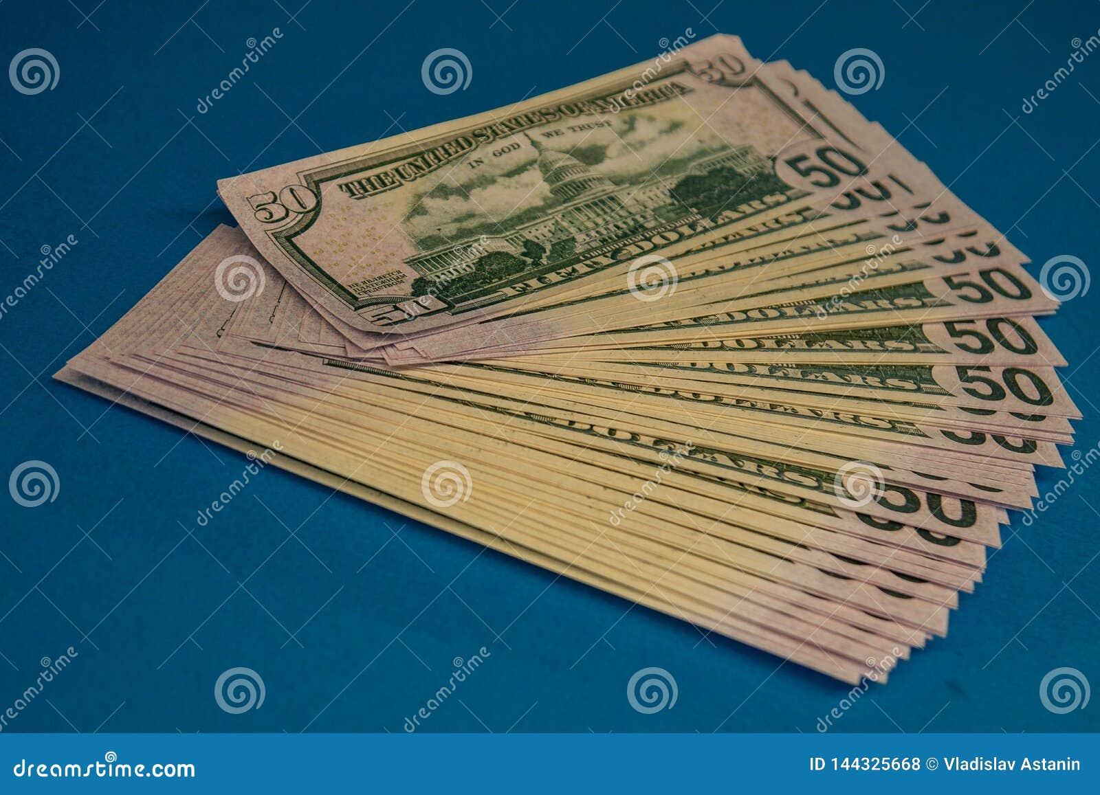 Wielka Gruba pieniądze rolka na błękitnym tle