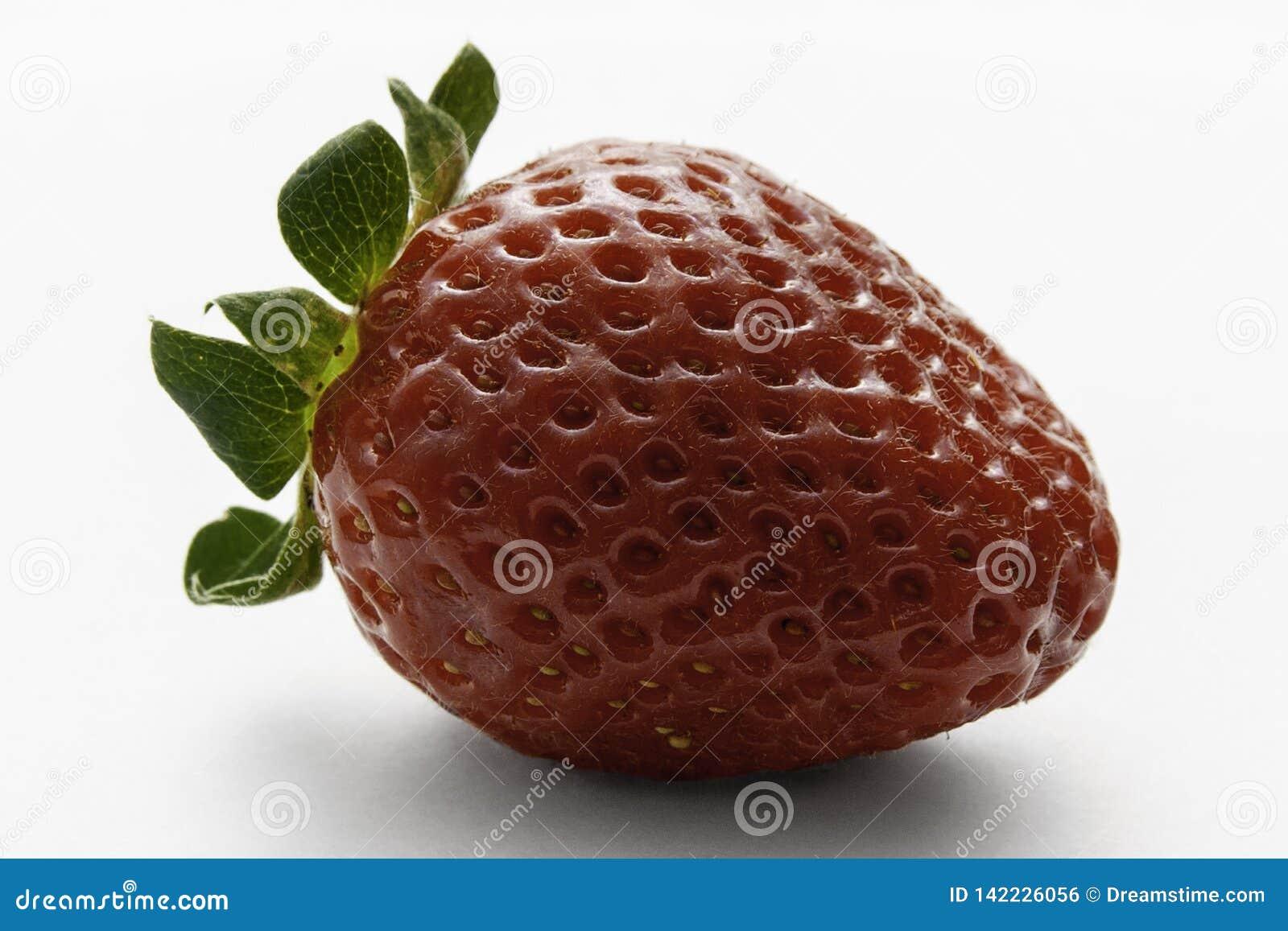 Wielka jaskrawa czerwona truskawka na białym tle