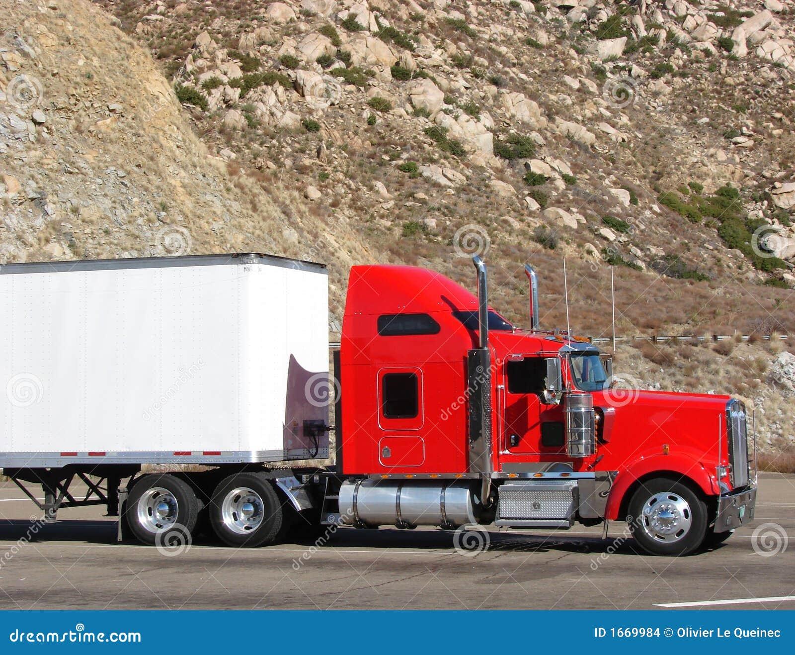 Wielka mountain ciągnika drogowego platformie ciężarówka przyczepy