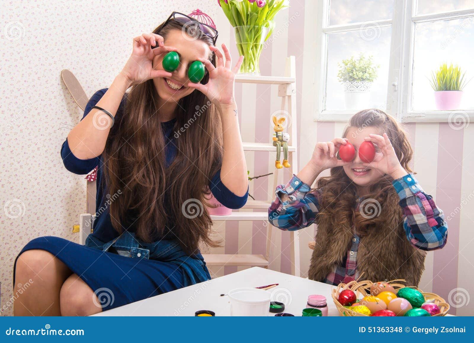 Wielkanoc - matki i córki śmieszni oczy niż jajka