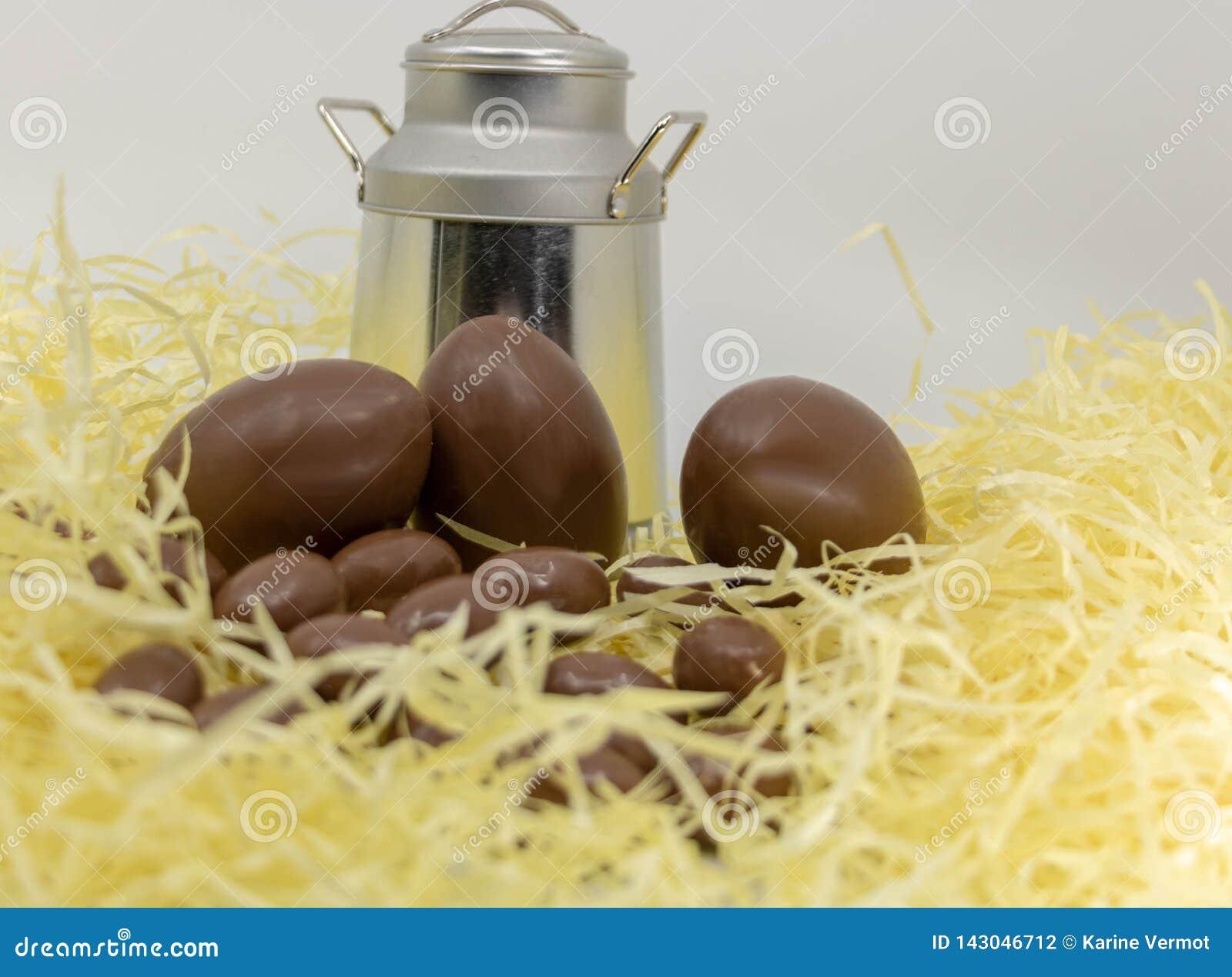 Wielkanoc na gospodarstwie rolnym, nabiałach, czekoladowych jajkach i staromodnym dojnym dzbanku,