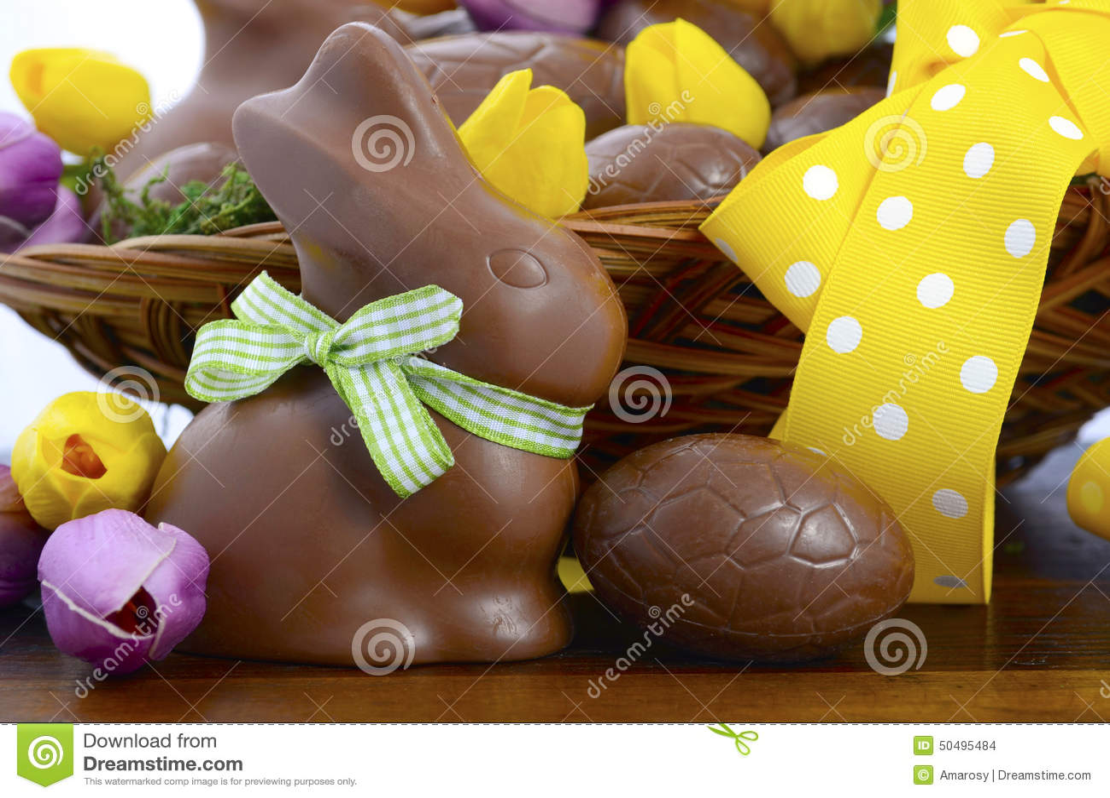 Wielkanocna czekoladowa koszałka jajka i królików króliki