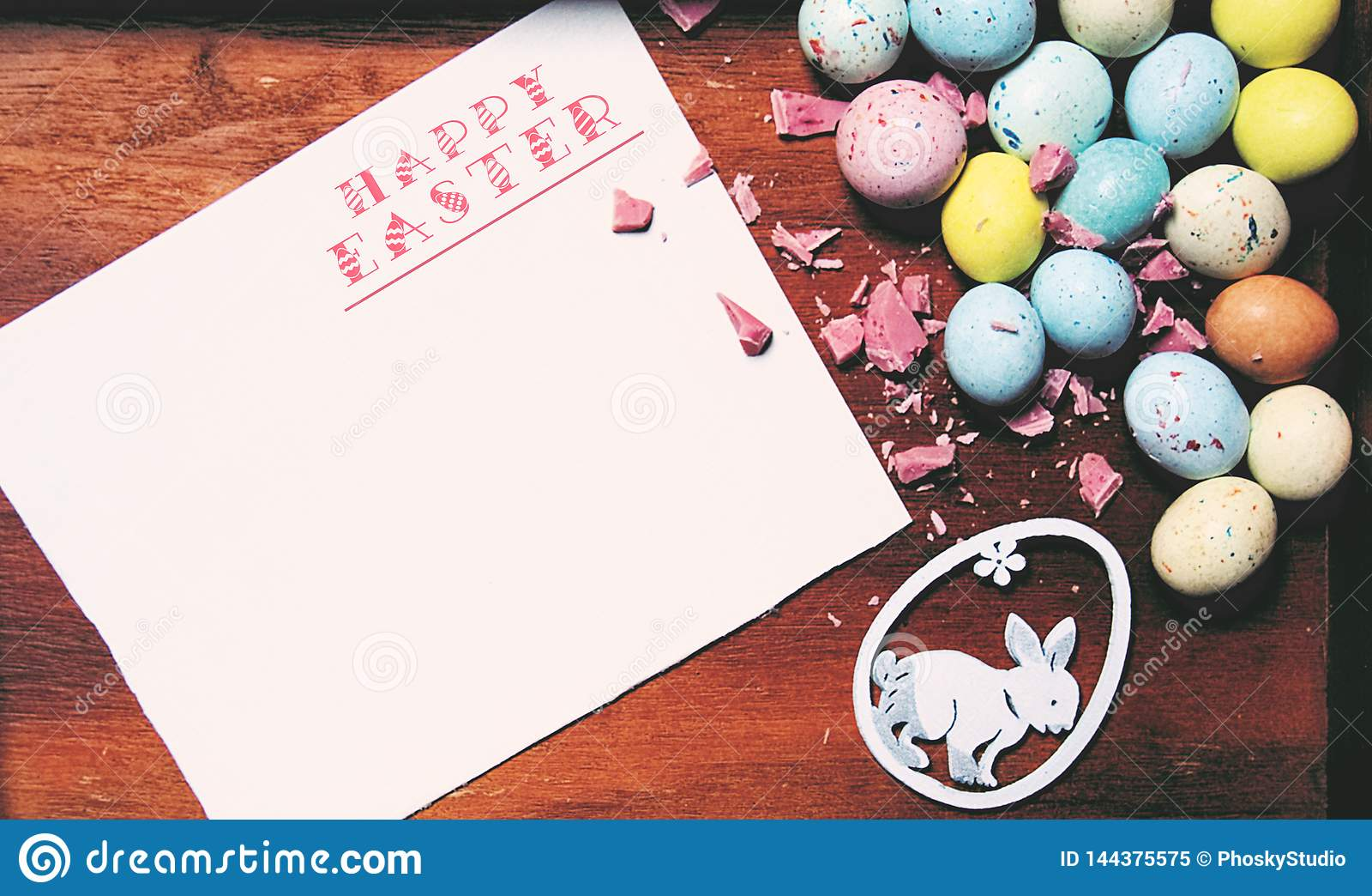 Wielkanocna karta z kopii przestrzenią dla twój teksta Karta z słów wesoło wielkanocą, jajkami i królikiem «,