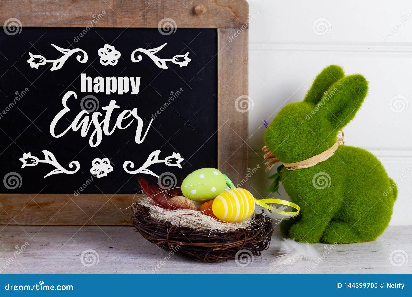 Wielkanocna scena z barwionymi jajkami