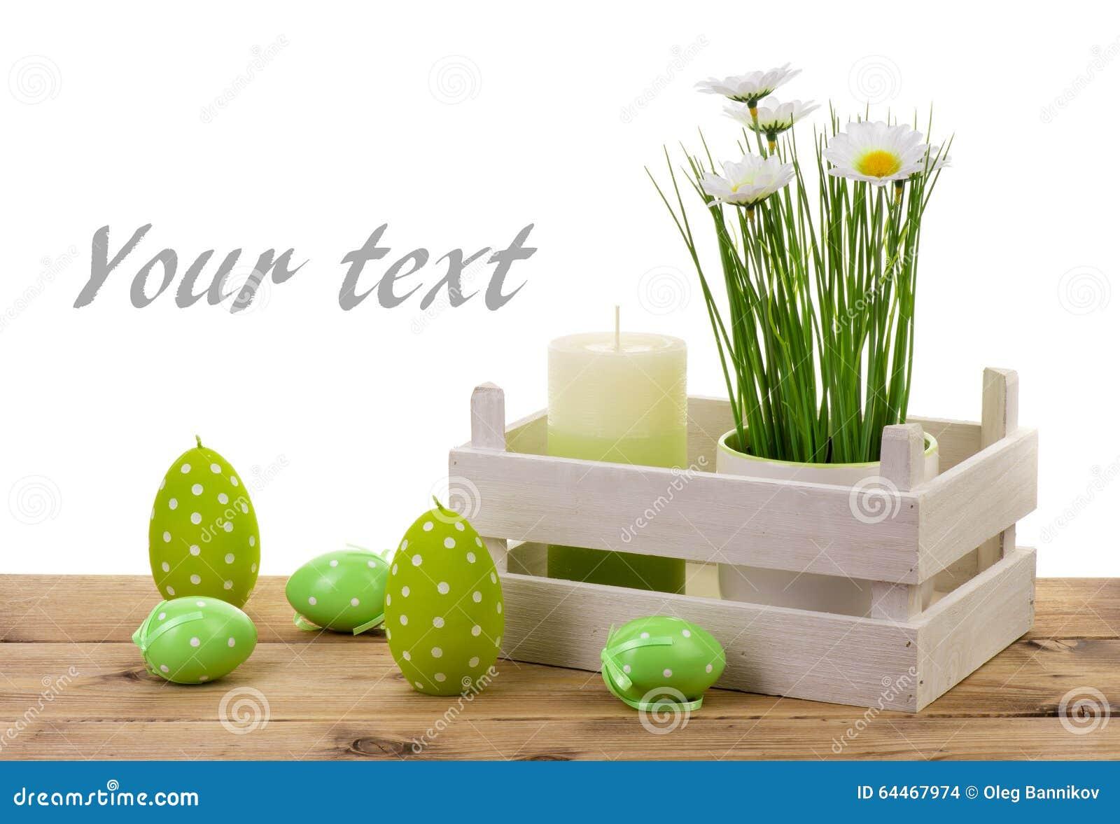 Wielkanocne dekoracje świeczka, jajka i kwiat w garnku na drewnianym tle,