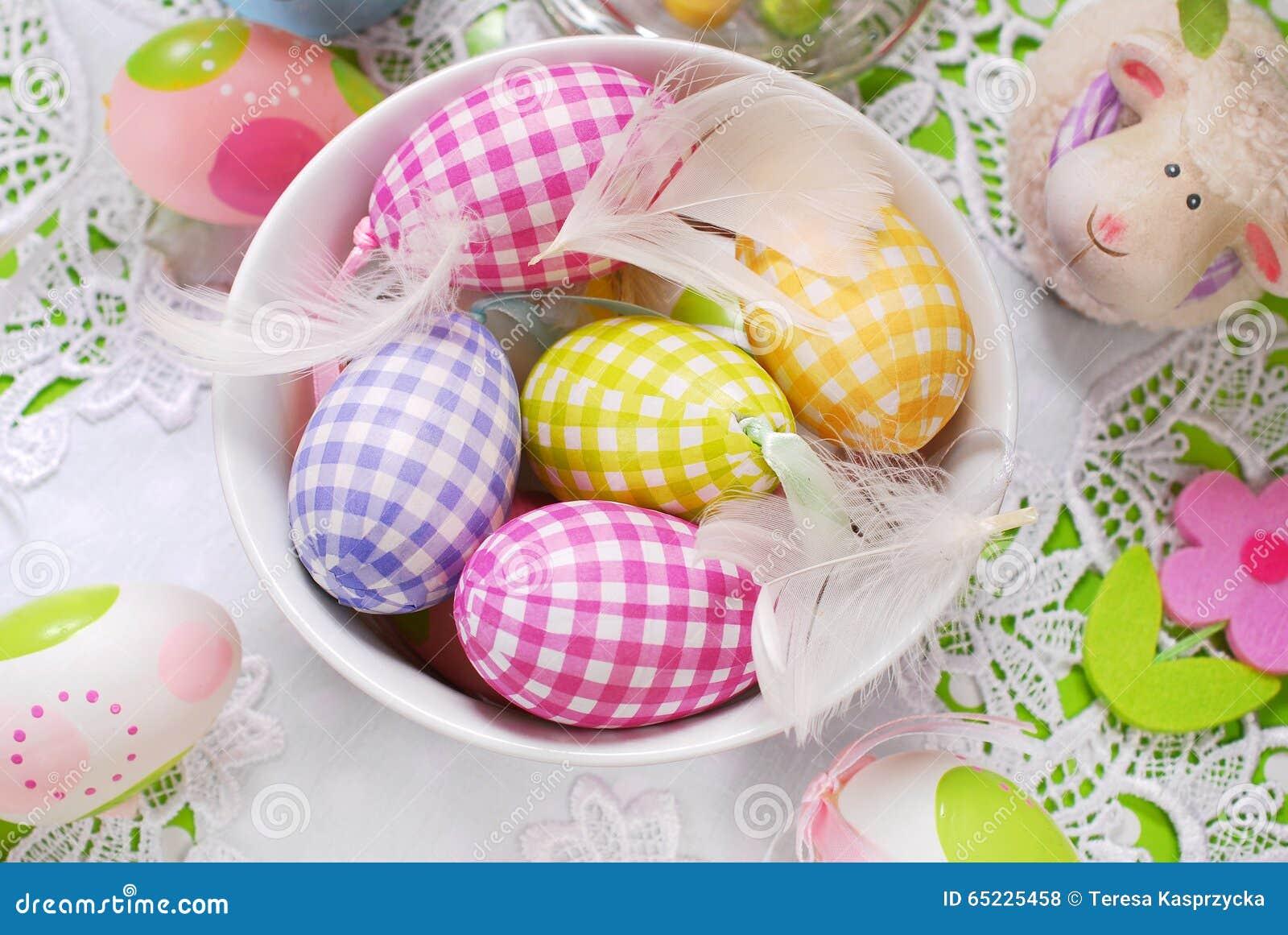 Wielkanocni jajka i piórka w pucharze