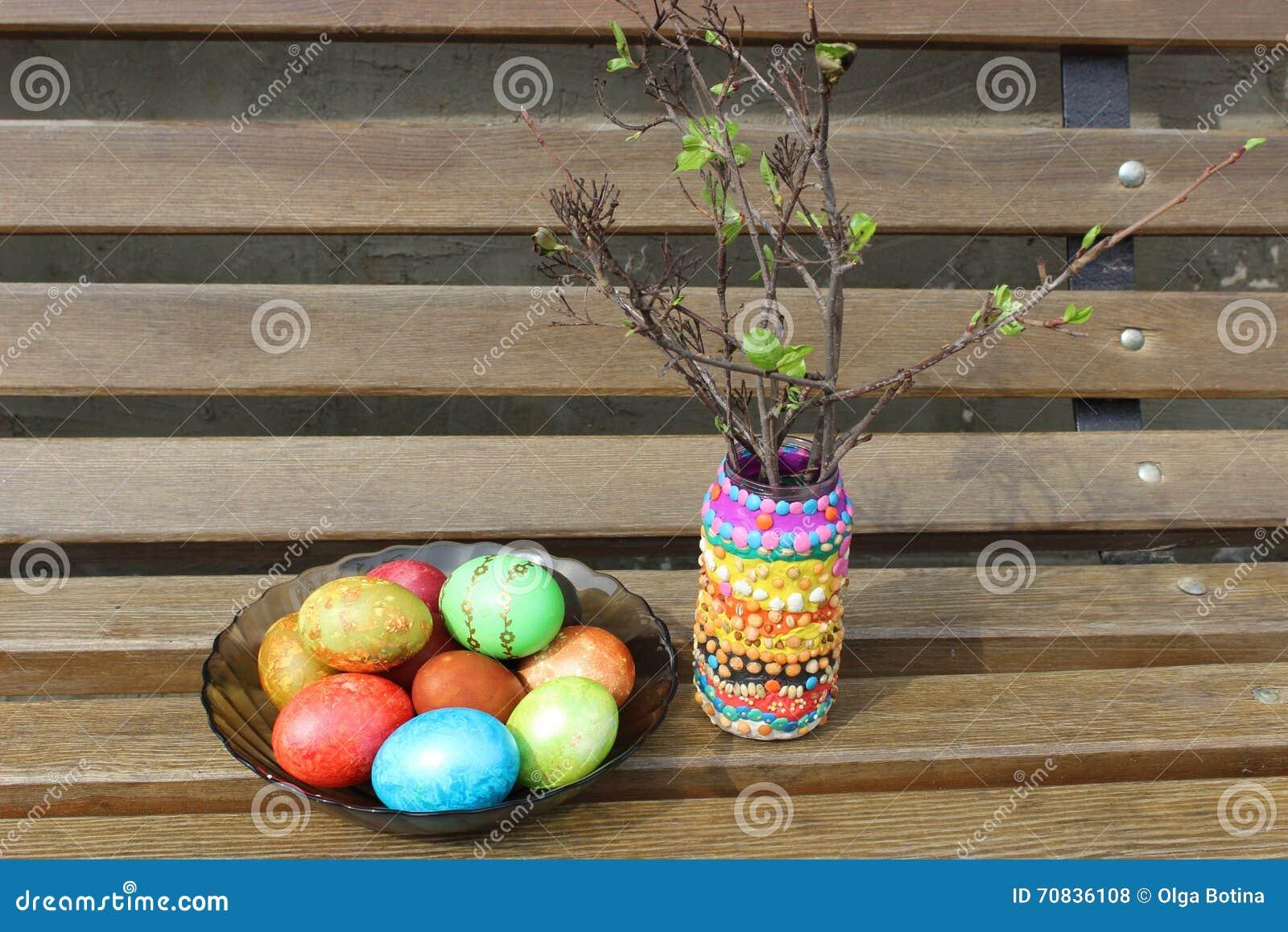Wielkanocni jajka i piękny słój