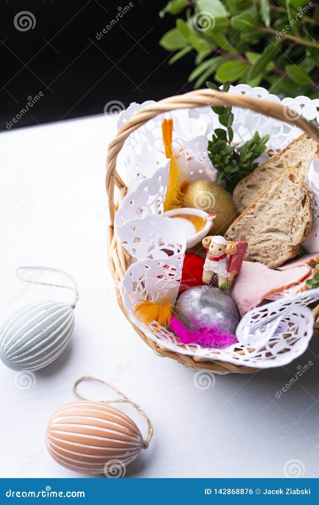 Wielkanocni jajka, kolorowe Wielkanocne dekoracje w koszu