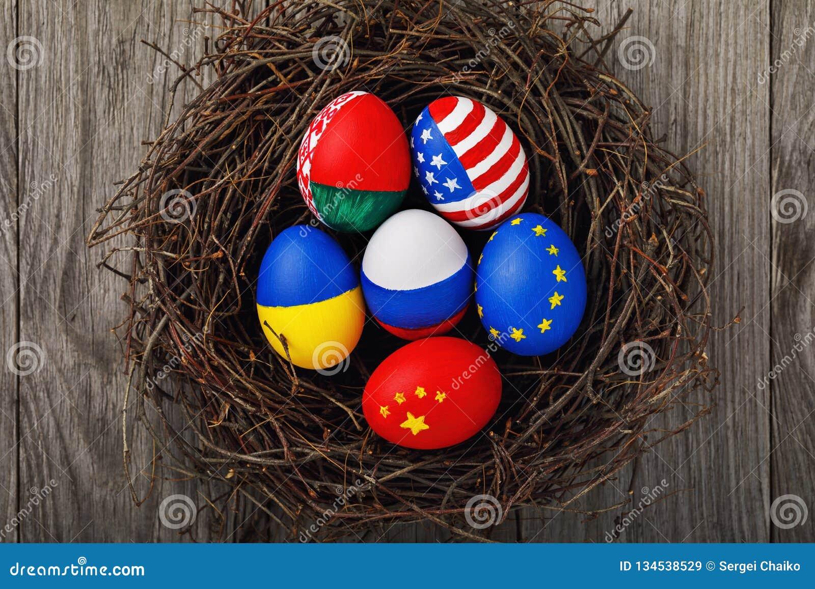 Wielkanocni jajka malowali w kolorach flagi różni stany świat w gniazdeczku