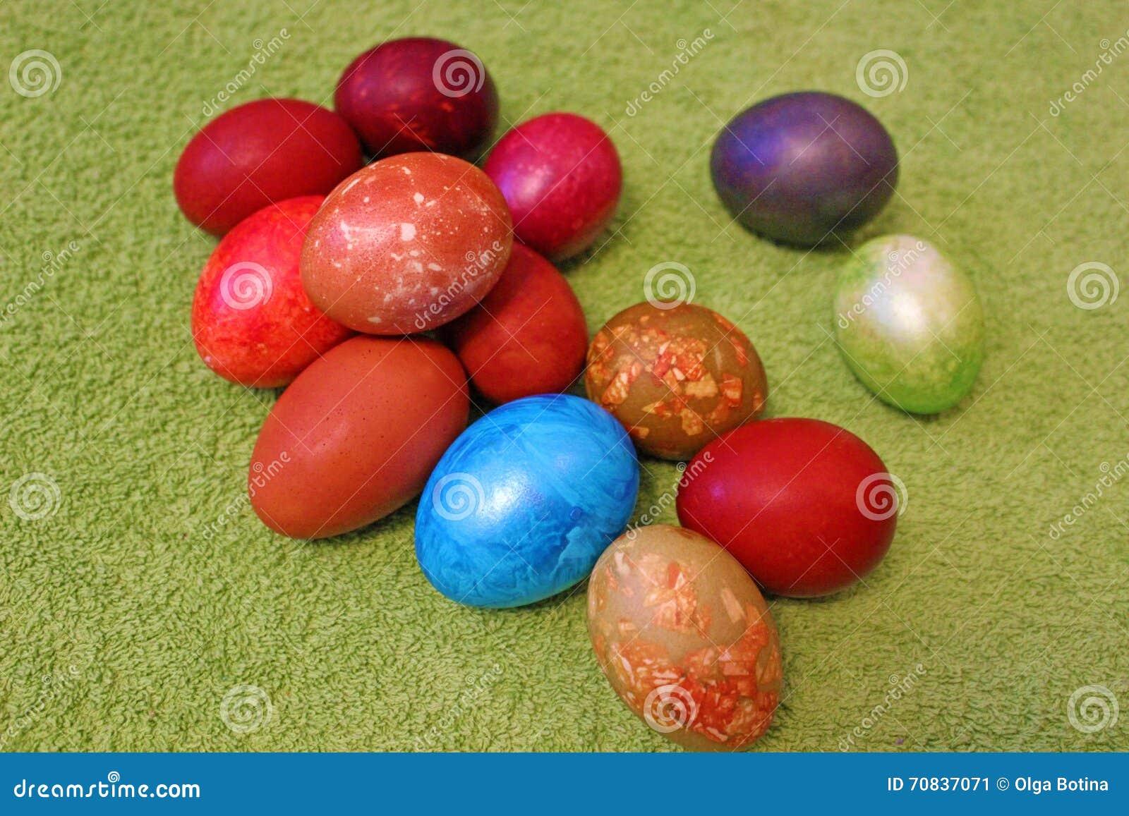Wielkanocni jajka na Zielonym tle