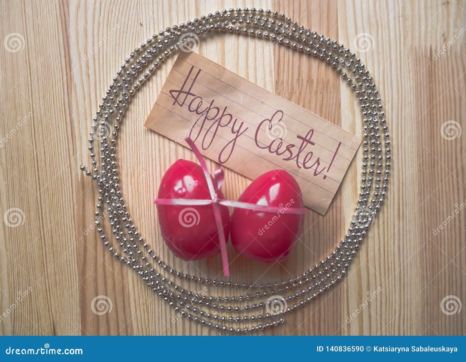 Wielkanocni jajka 2007 pozdrowienia karty szczęśliwych nowego roku Różowy łęk zawijał jajka i chaplet na drewnianym tle