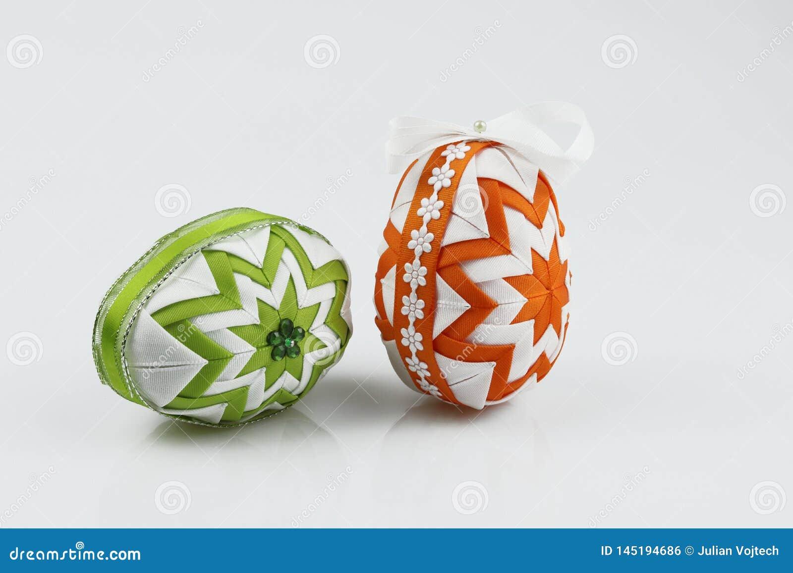 Wielkanocni jajka, robić w patchwork technice, odizolowywającej na białym tle