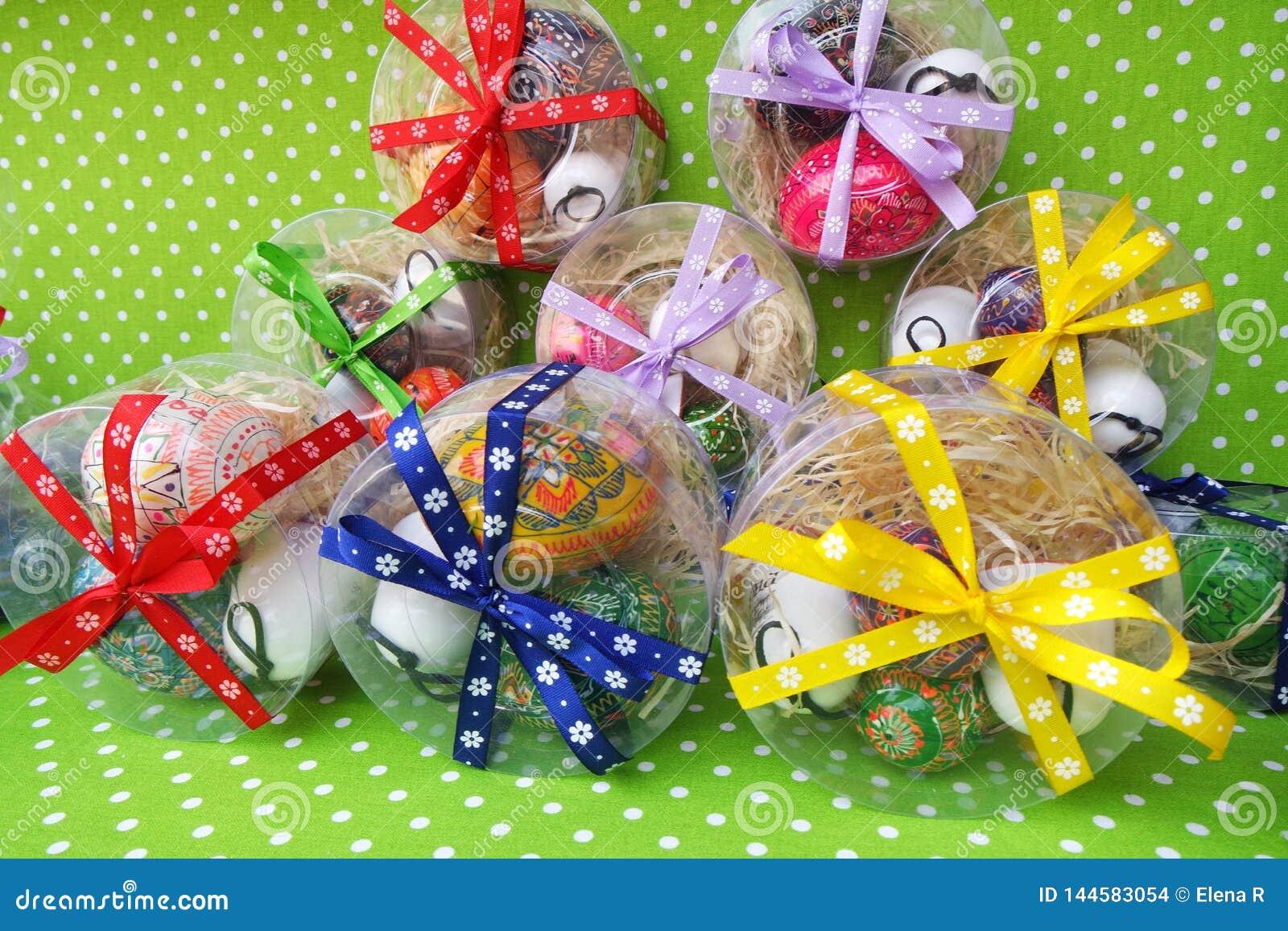 Wielkanocni prezentów pudełka z kolorowymi jajkami