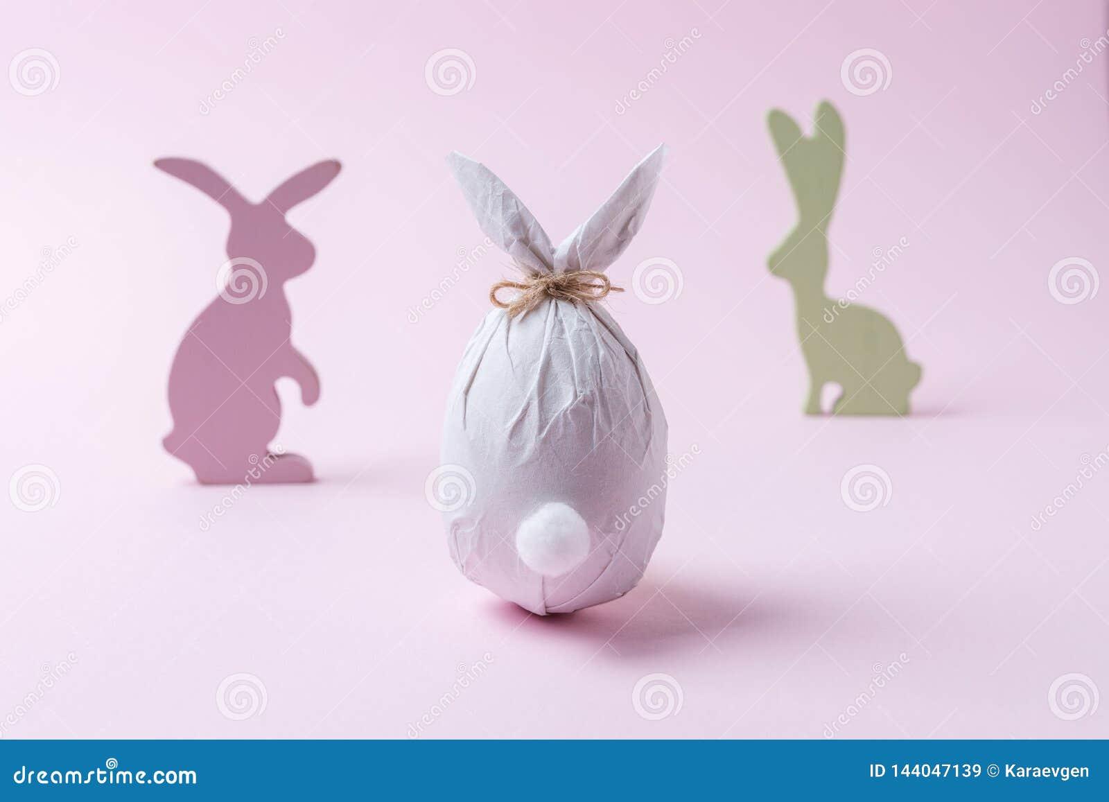Wielkanocny jajko zawijający w papierze w formie królika z królik dekoracją Minimalny Easter pojęcie