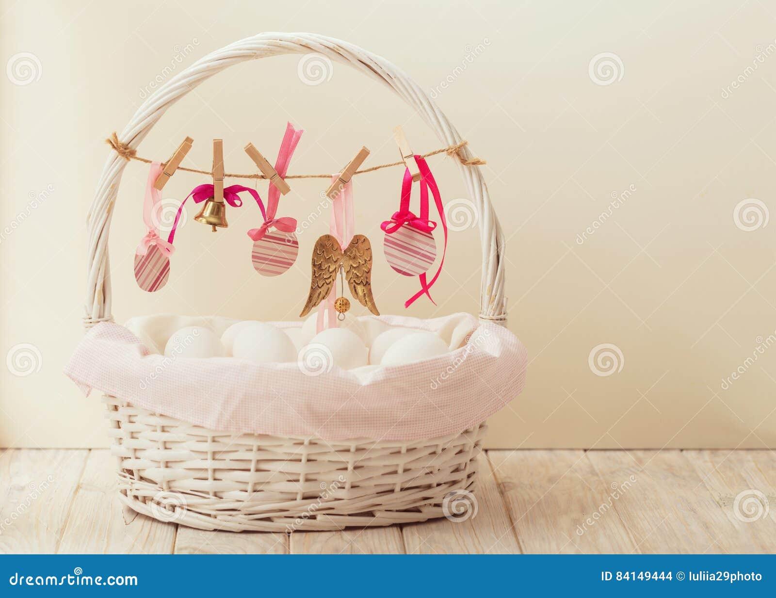 Wielkanocny kosz z jajkami i Wielkanocny wystrój