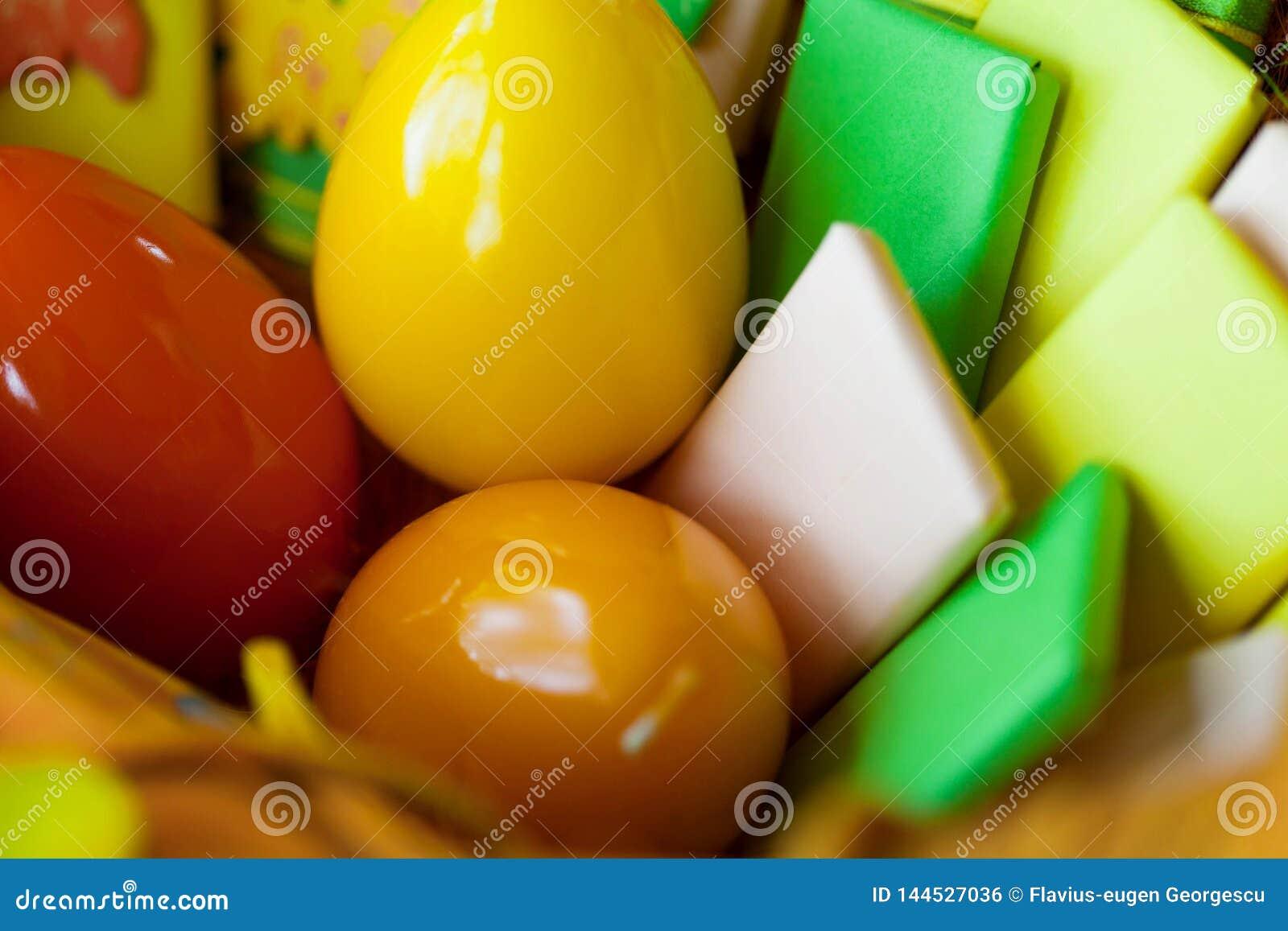 Wielkanocny kosz z jajkami i zawijającymi cukierkami