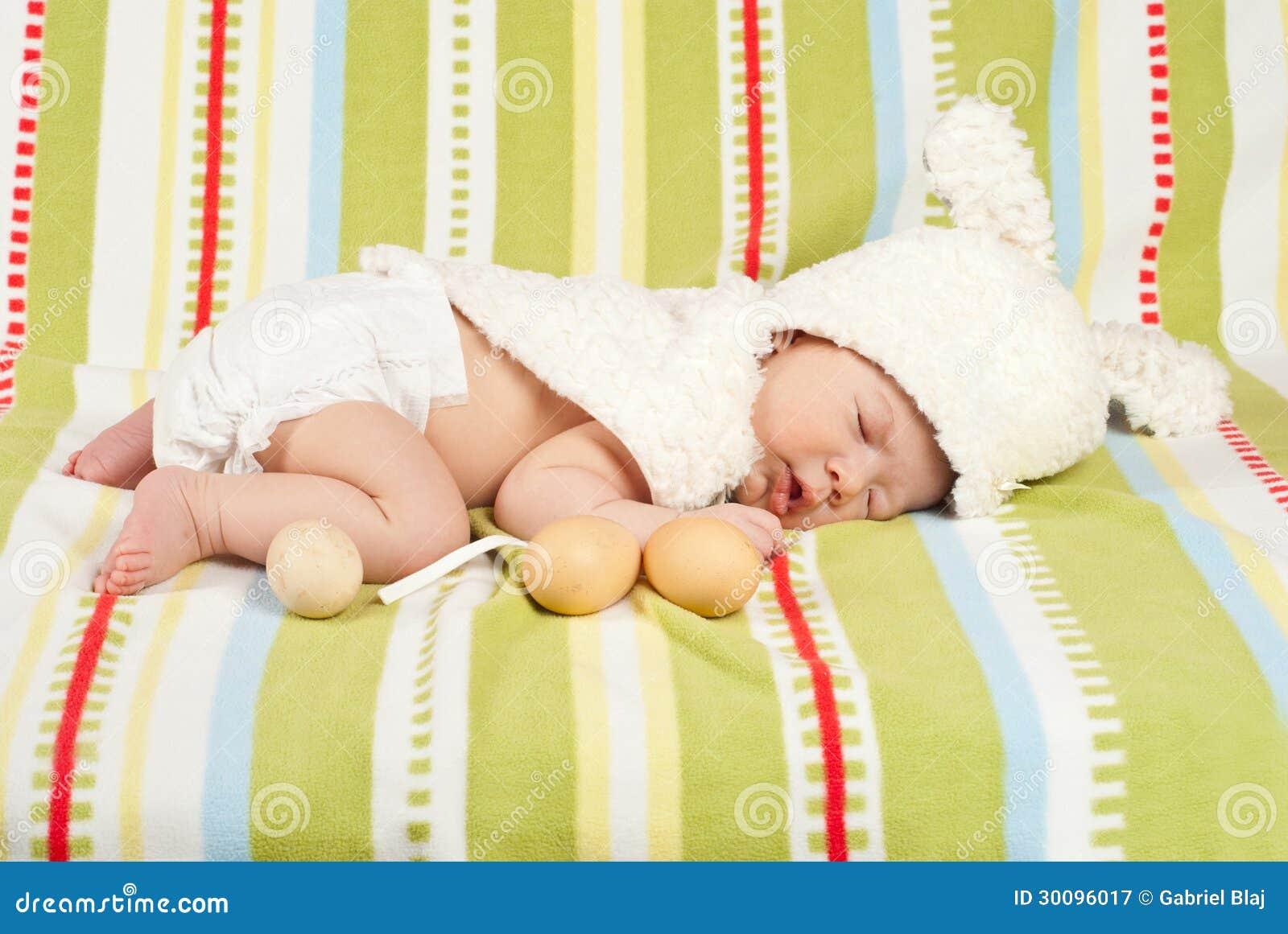 Wielkanocny nowonarodzony dziecko