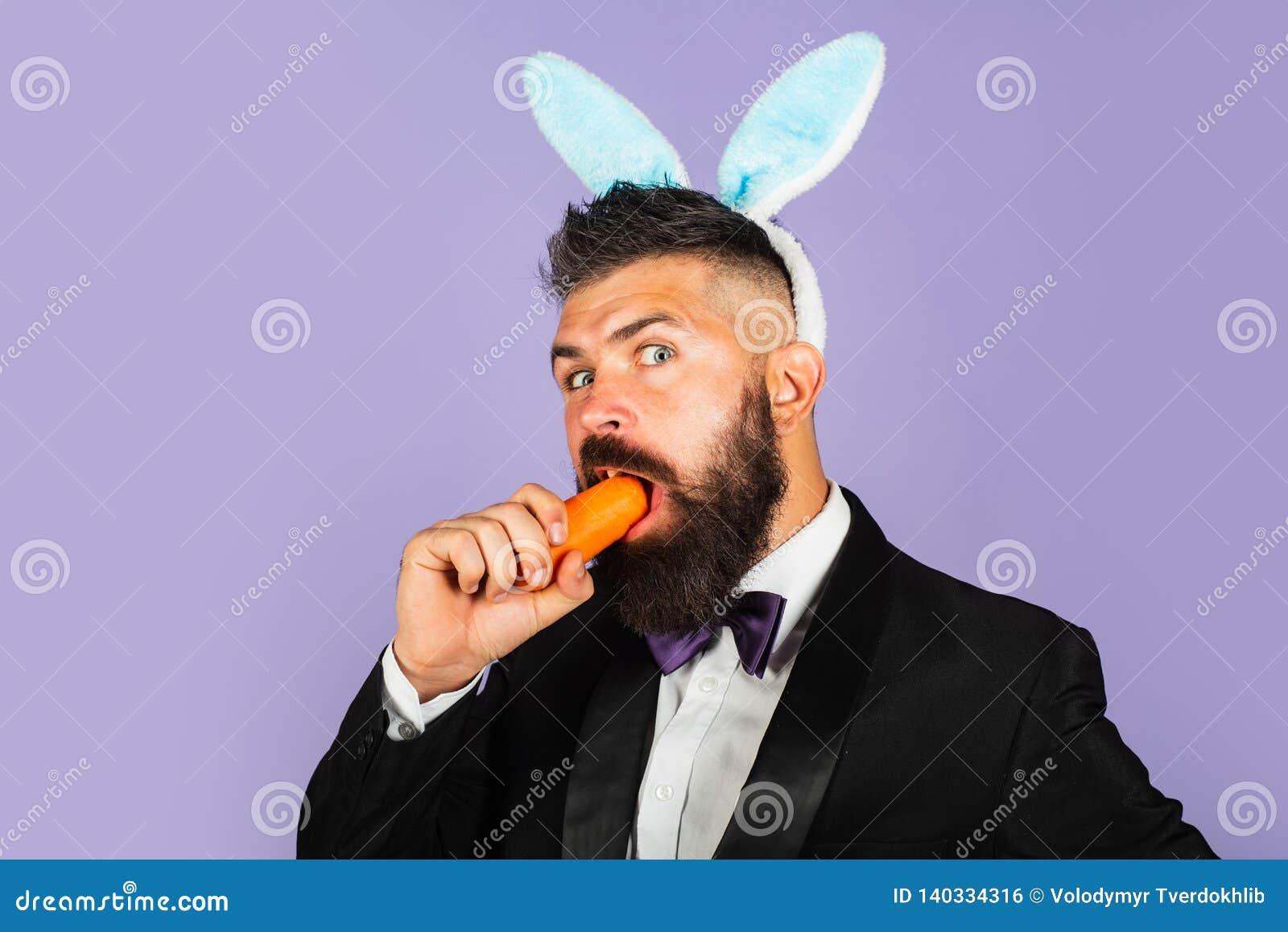 Wielkanocny Wakacyjny pojęcie Komiczka, śmieszny, przystojny mężczyzna, jest ubranym królików ucho na głowach pojęcie zdrowy
