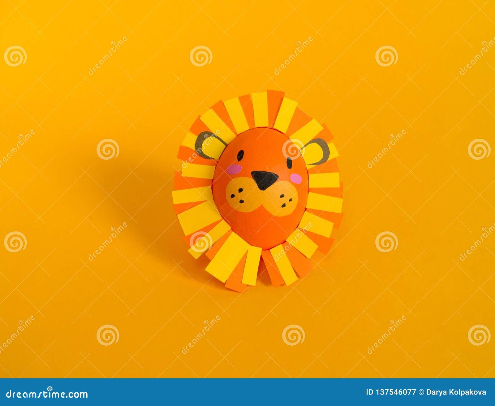 Wielkanocny wakacyjny poj?cie z ?licznymi handmade jajkami: lew