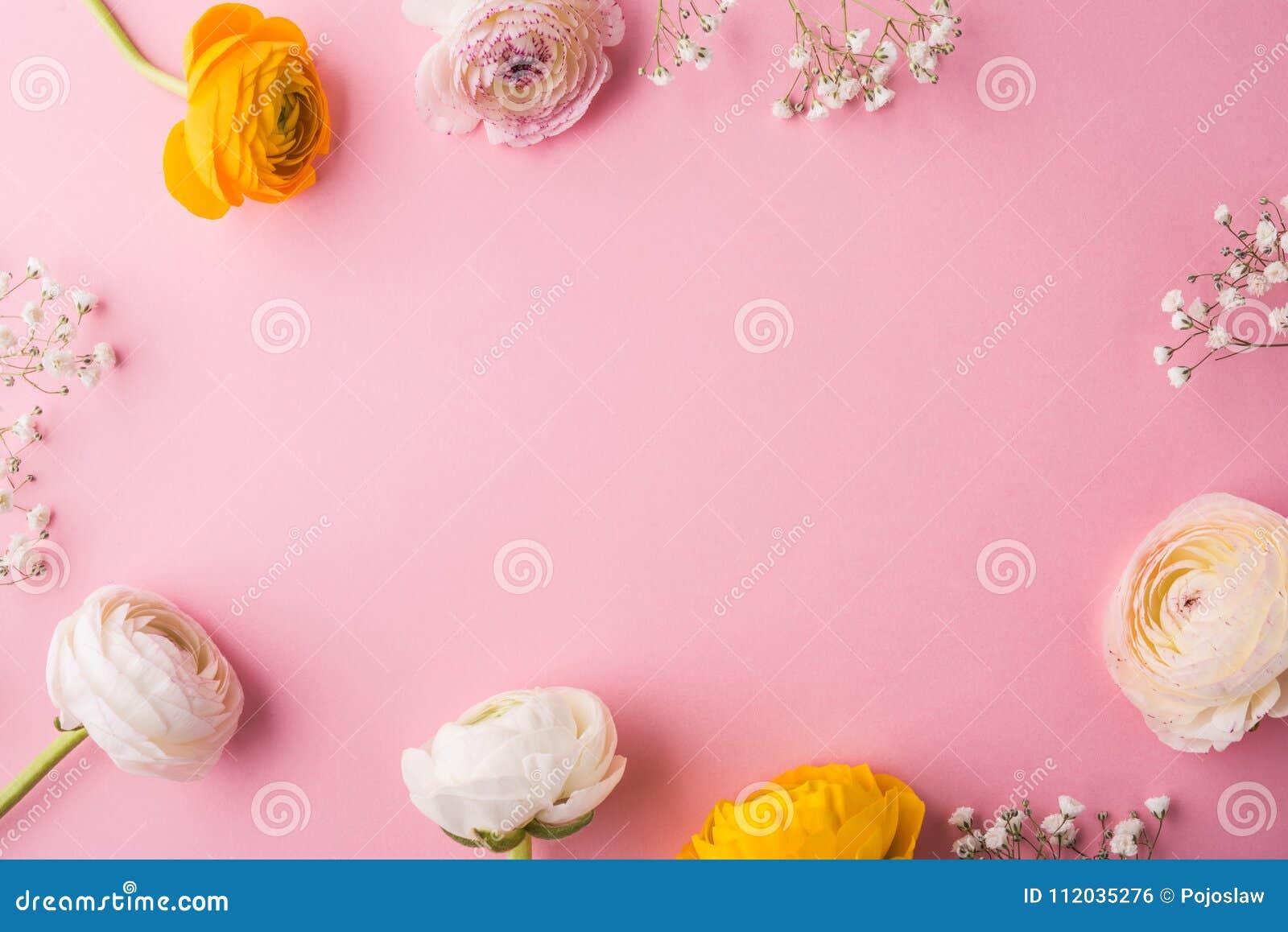 Wielkanocy i wiosny mieszkanie kłaść na różowym tle