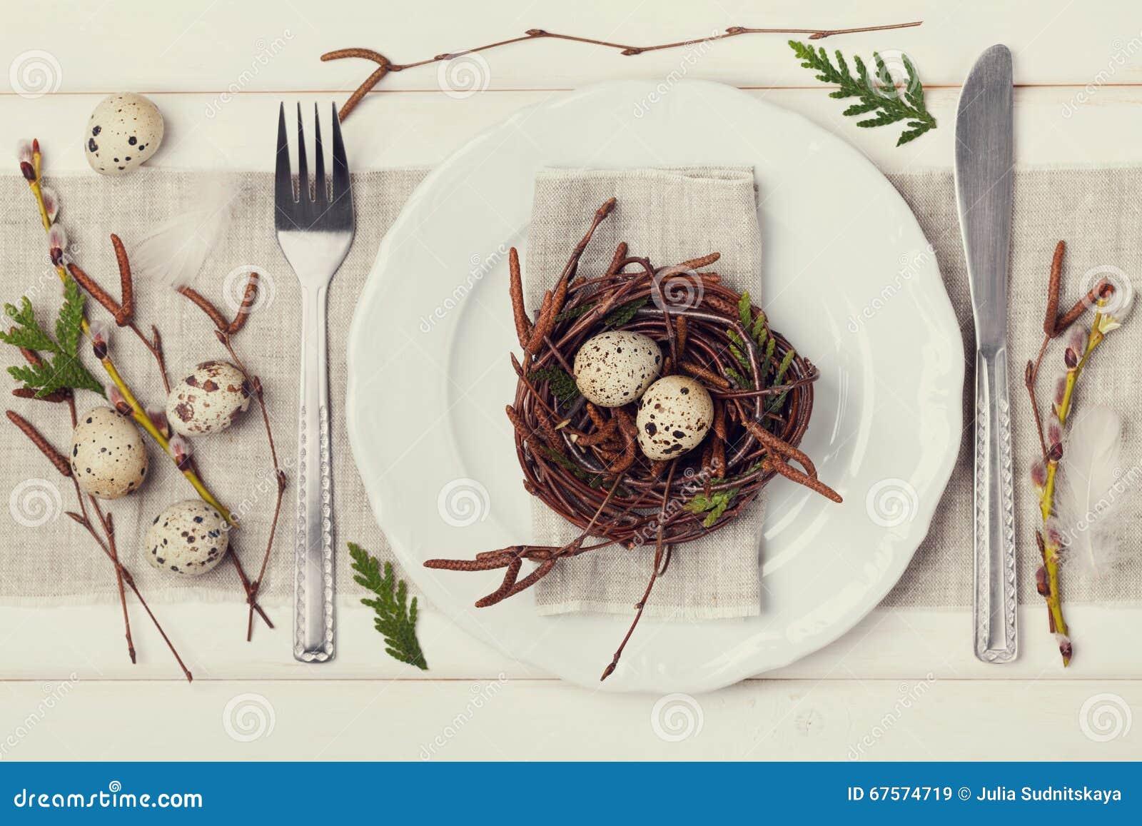 Wielkanocy stołowy położenie z jajkami i wiosny dekoracja na nieociosanym tle, rocznika tonowanie