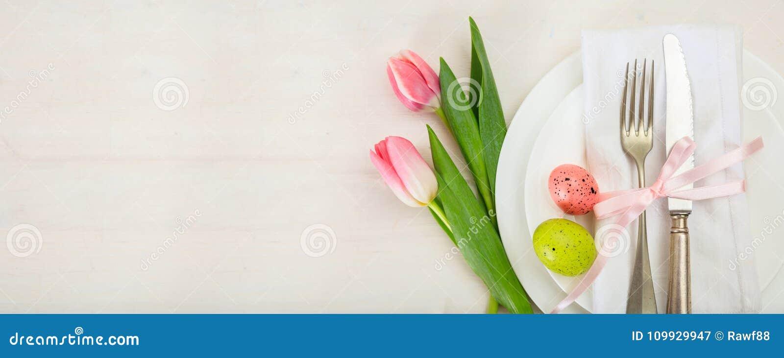 Wielkanocy stołowy położenie z różowymi tulipanami na białym drewnianym tle Odgórny widok, kopii przestrzeń, sztandar