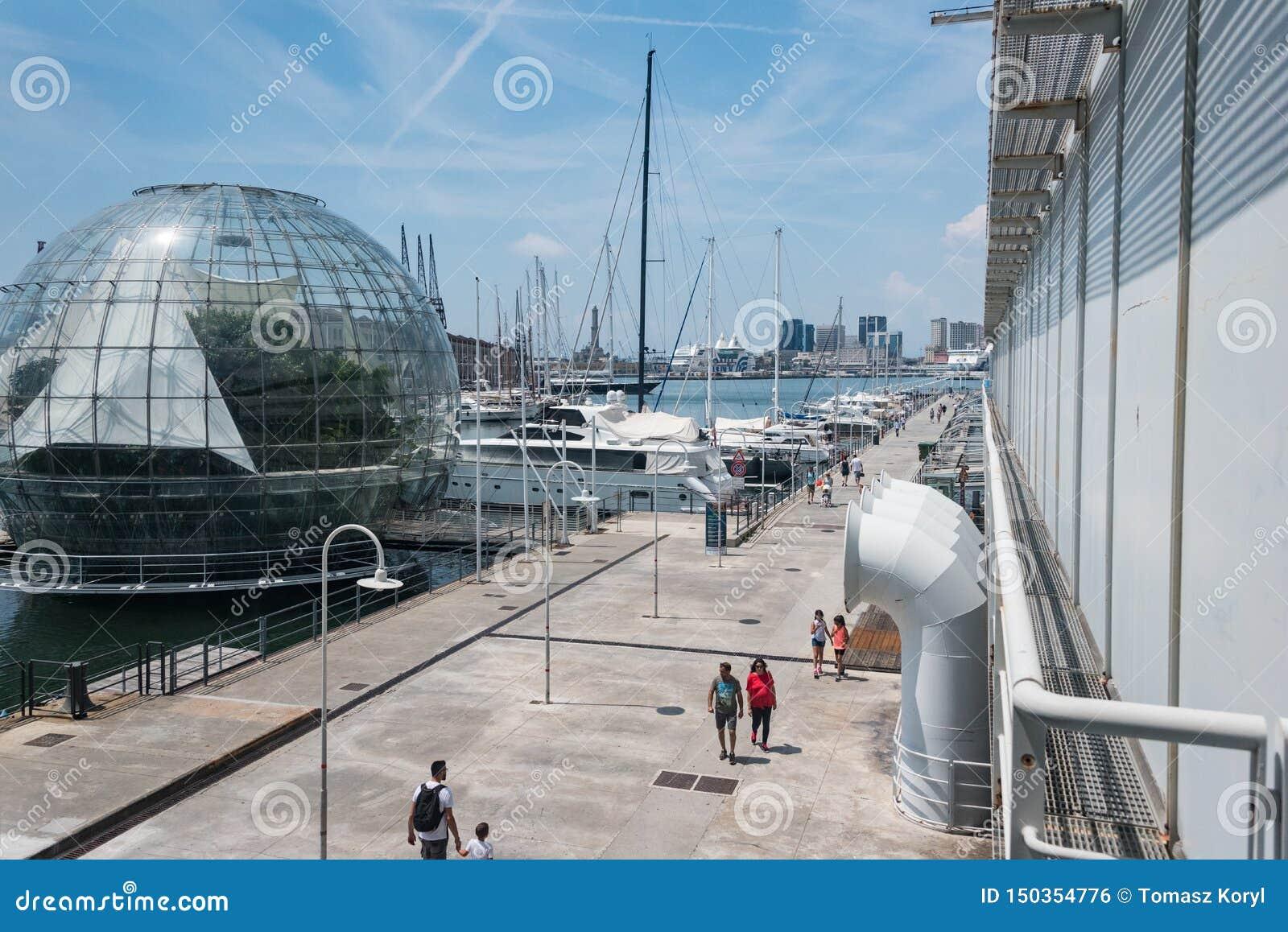 Wielki akwarium w Europa Na lewej stronie - biosfera zielony dom