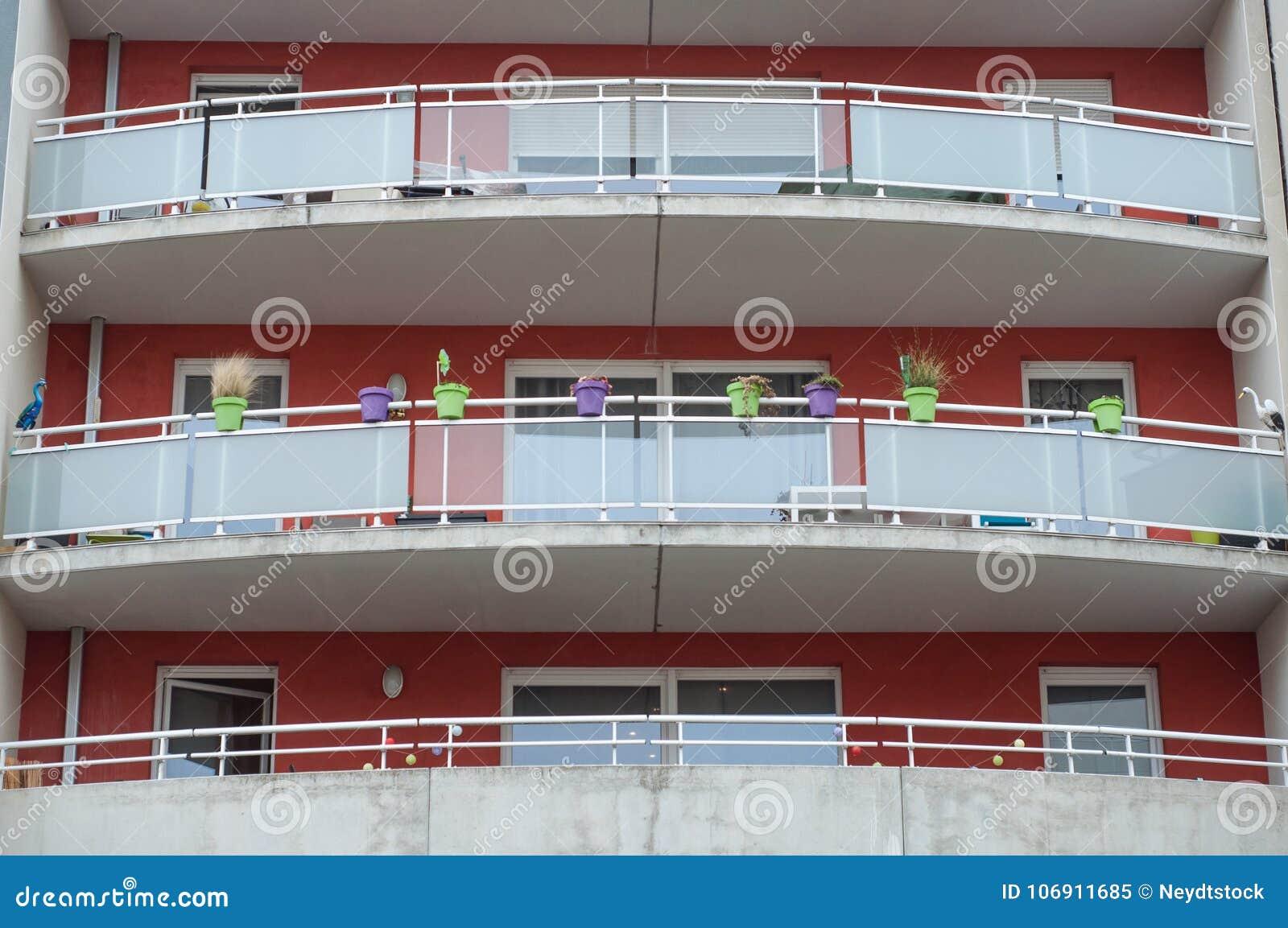Wielki balkon na nowożytnym budynku