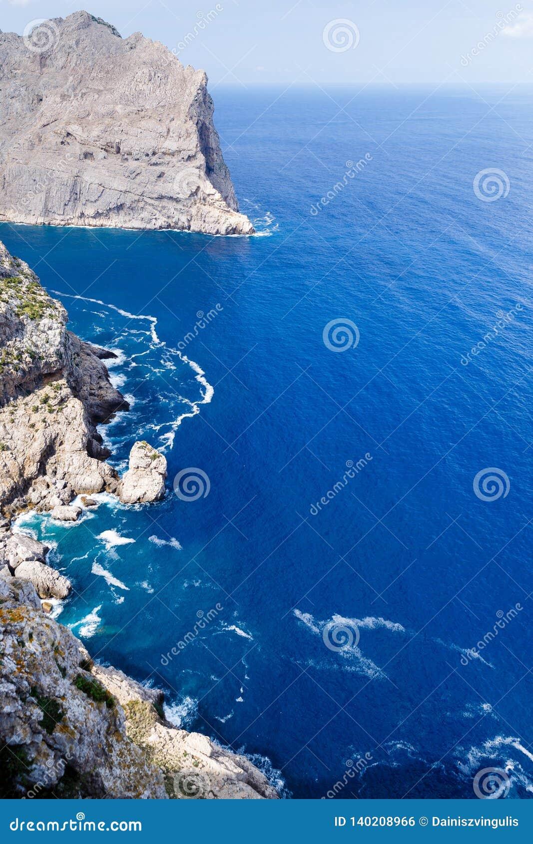 Wielki gór tworzyć pionowy, bardzo wysocy brzeg