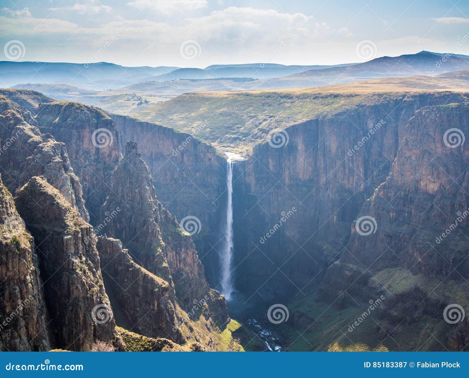 Wielki jar w górzystych średniogórzach blisko Semonkong i, Lesotho, Afryka
