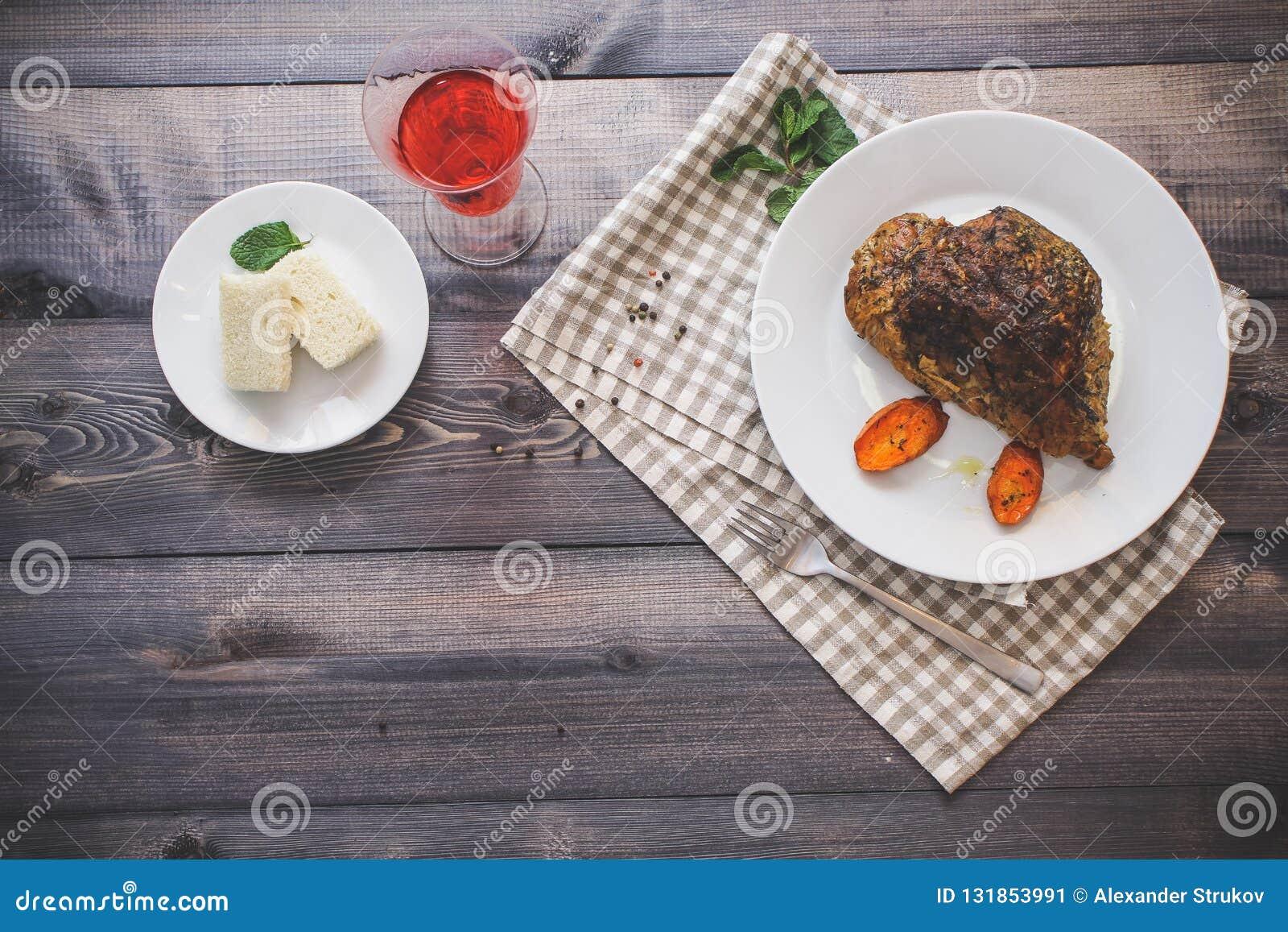 Wielki kawałek piec mięsa życie na lekkim drewnianym stole Wciąż