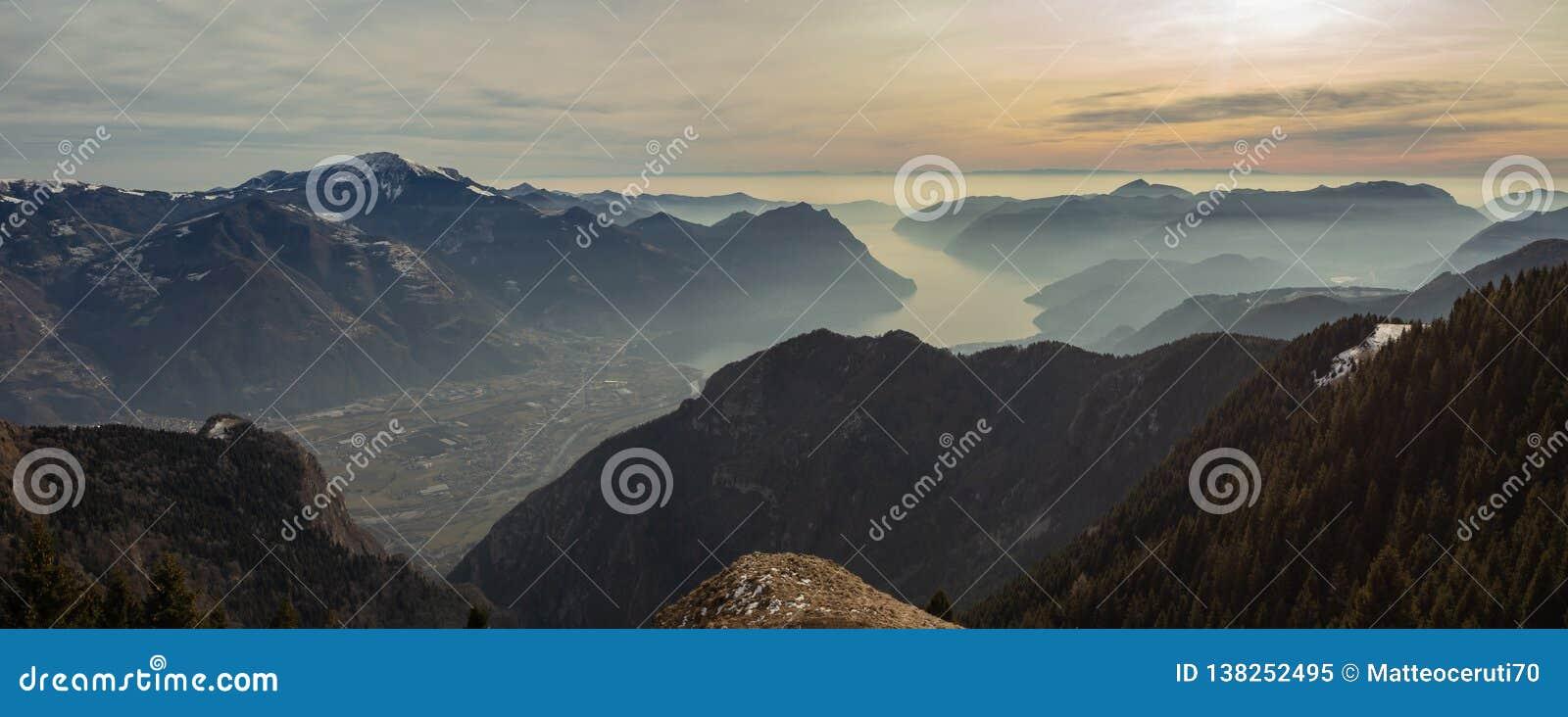 Wielki krajobraz przy Iseo jeziorem w zima sezonie, mgłowym wilgotność w powietrzu Panorama od Monte Pora, Włochy