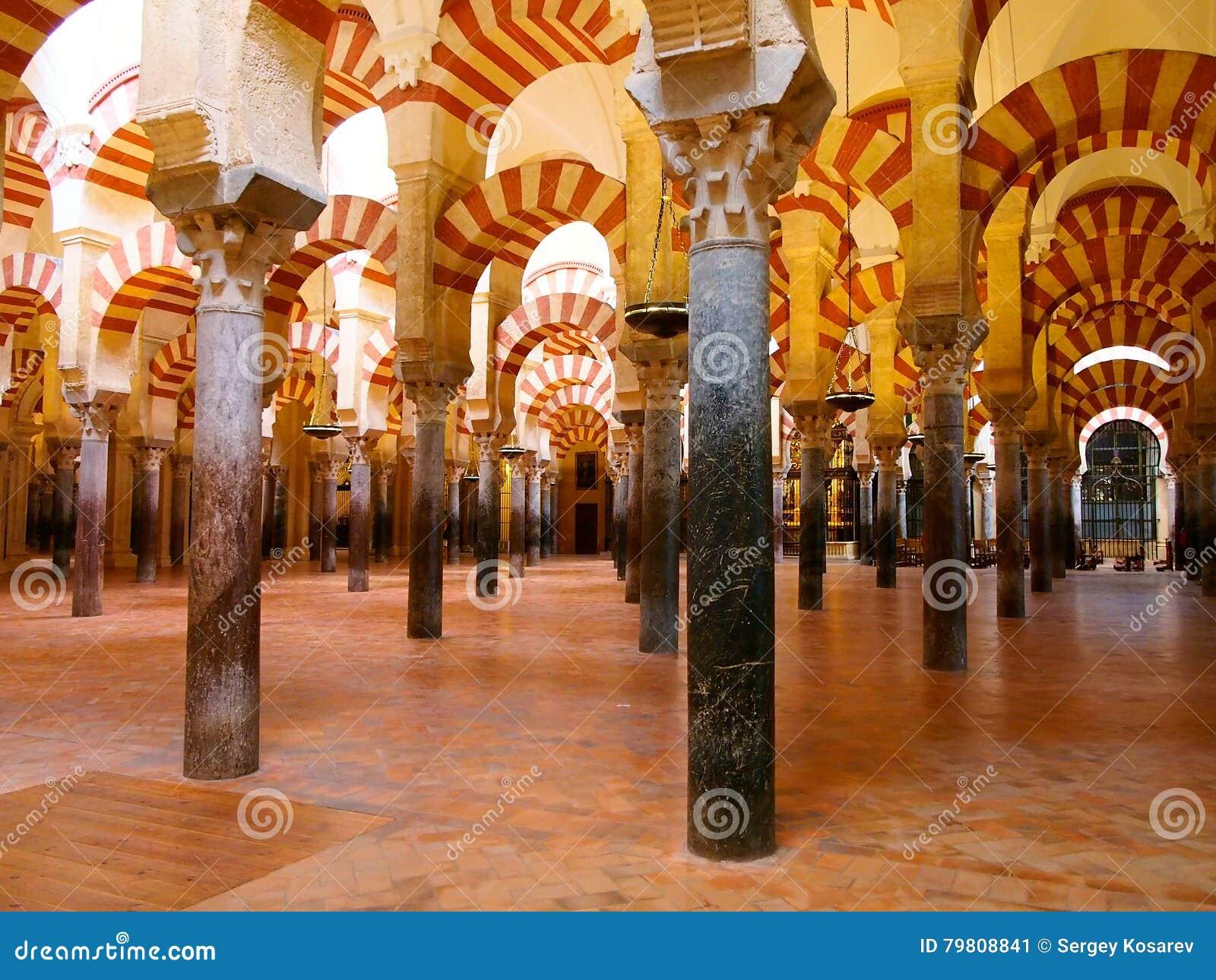 Wielki meczetu lub Mezquita sławny wnętrze cordoba Hiszpanii