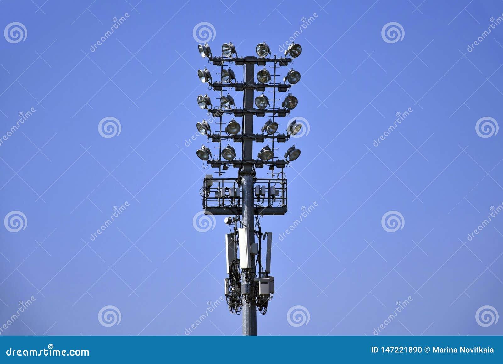 Wielki oświetlenia wierza z światło reflektorów i głośnikami instalującymi przeciw jaskrawemu błękitnemu bezchmurnemu niebu