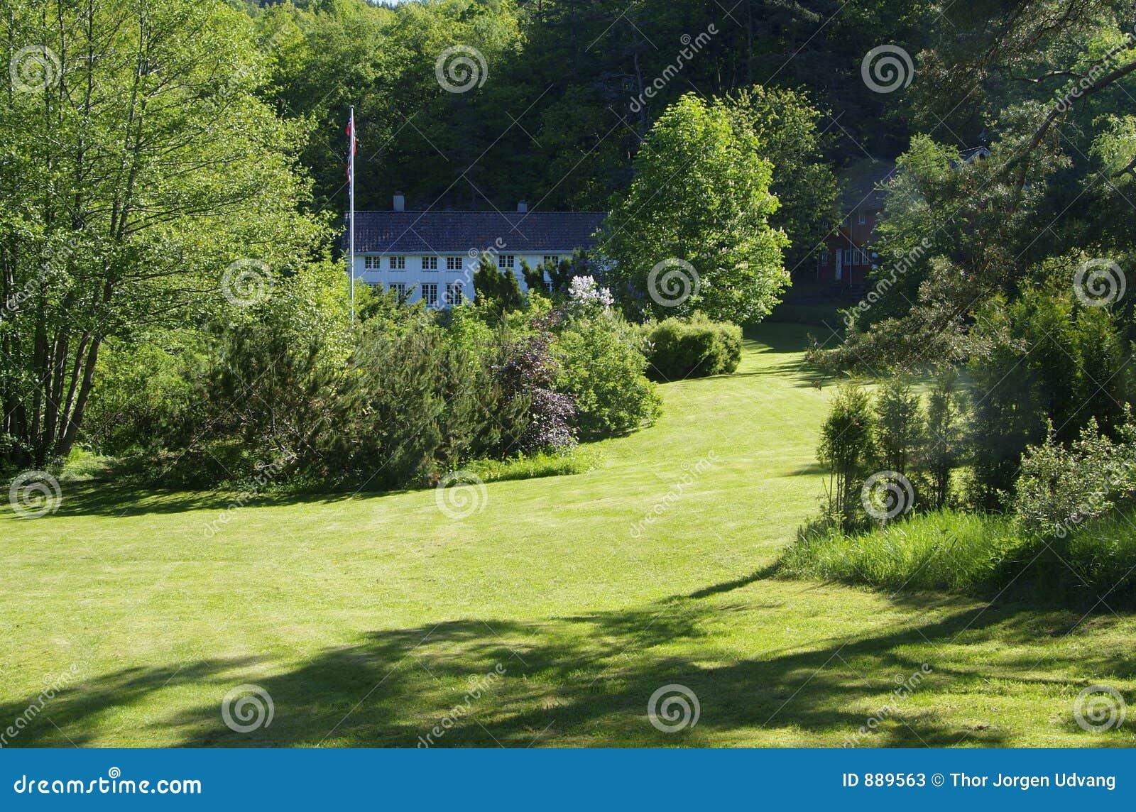 Wielki ogród domu drewniany